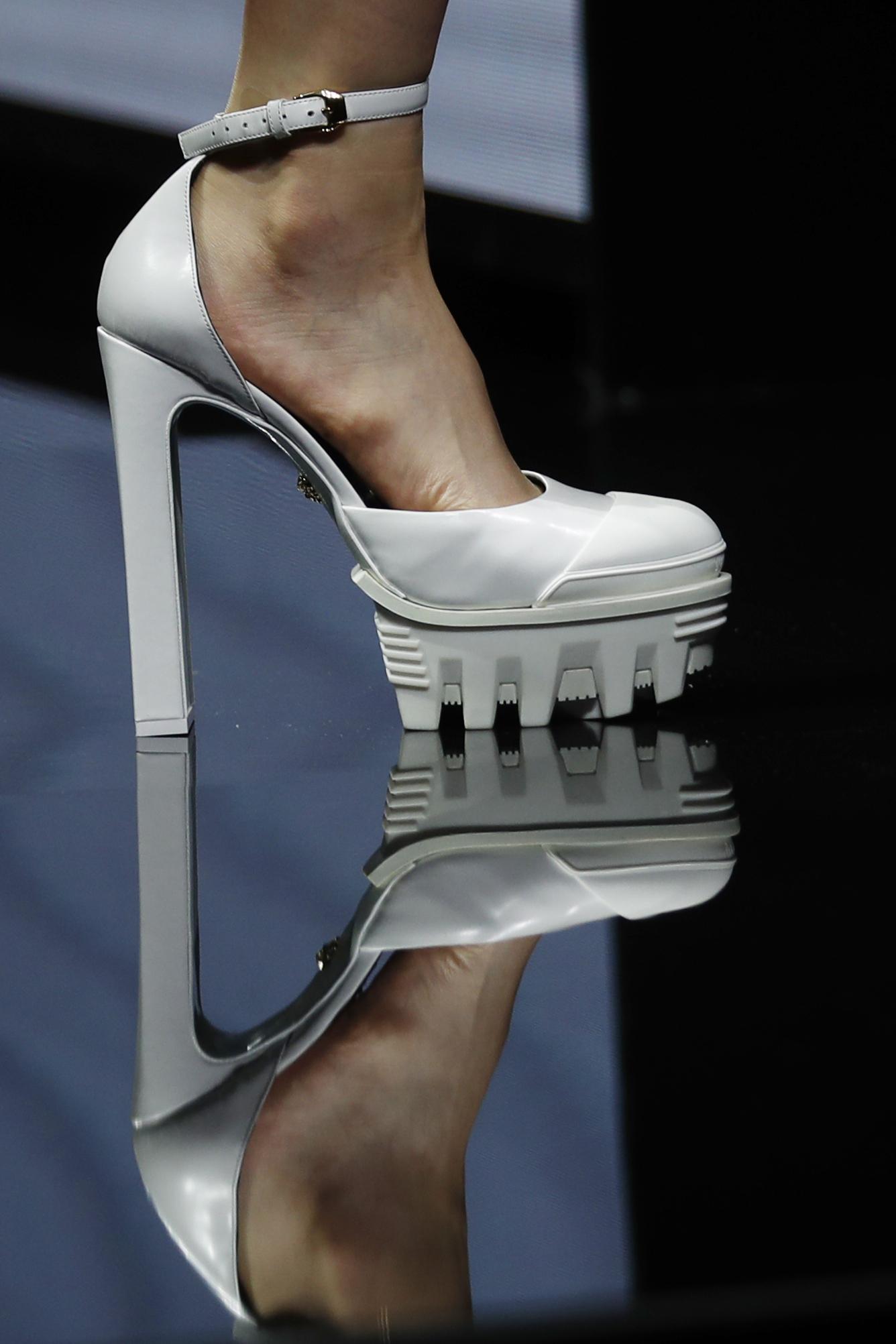 Los zapatos de cuero blanco en acabado en punta, y las botas de piel y con cordones, fueron los elegidos en la colección de calzado. (AP)
