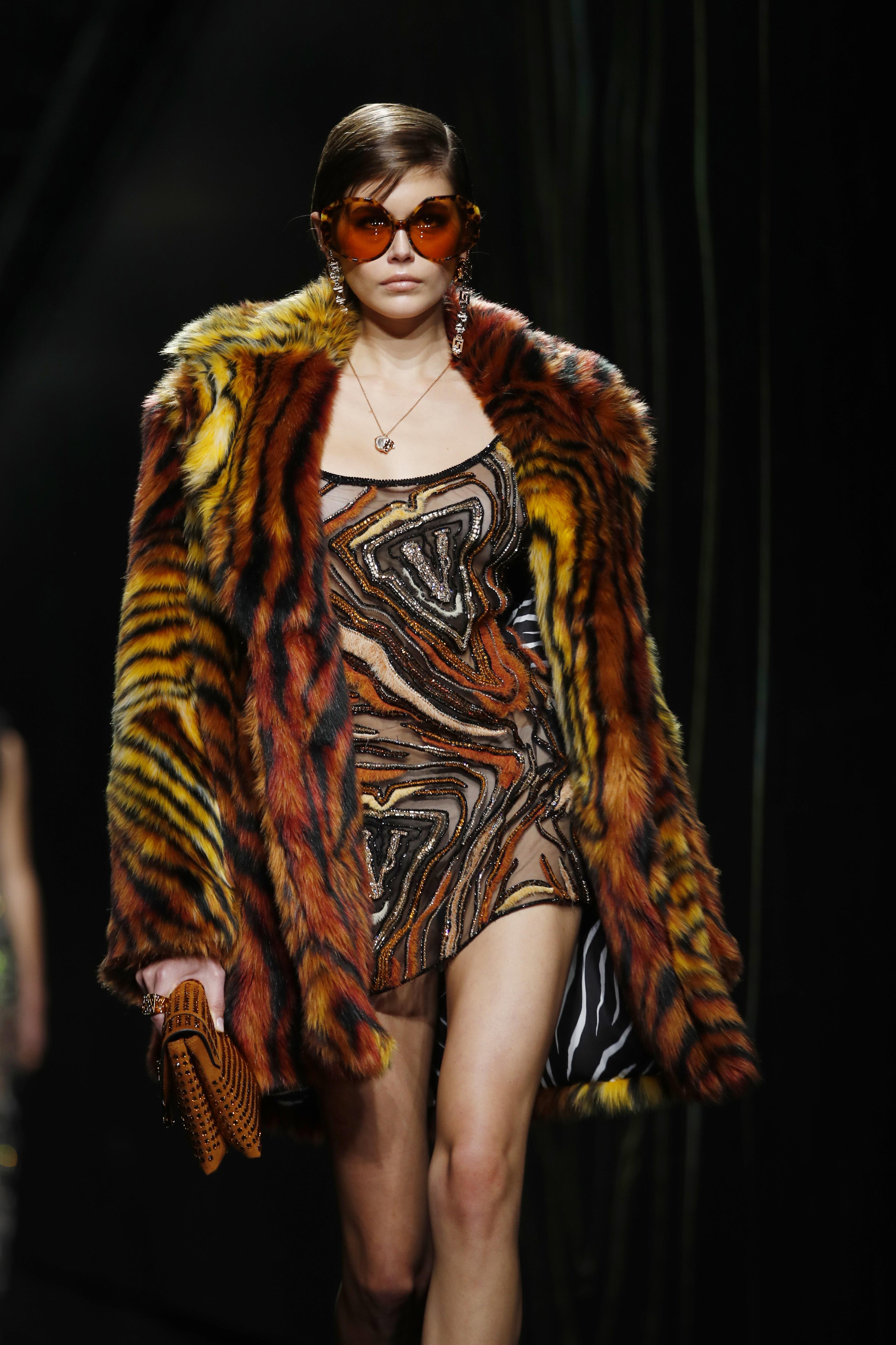 Abrigos llamativos y minivestidos fue parte de la fórmula de Versace para el otoño-invierno 2020. (AP)