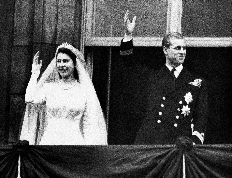 La entonces princesa Elizabeth y Philip de Mountbatten contrajeron matrimonio el 20 de noviembre de 1947, seis años antes de que Elizabeth fuera coronada reina de Inglaterra con apenas 27 años. (AP)