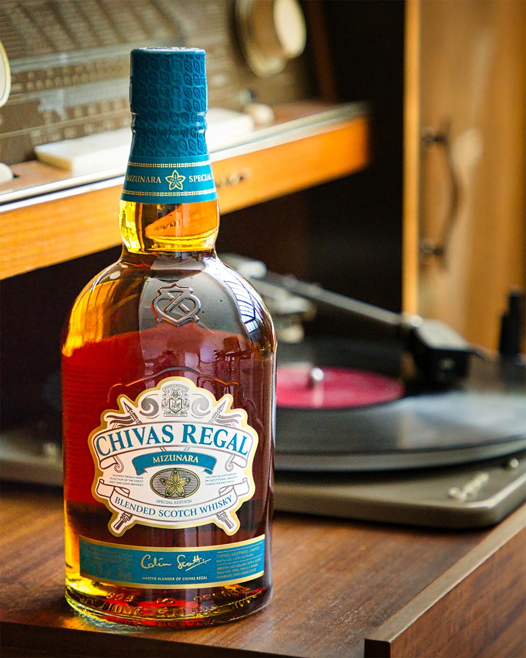 Chivas Regal Mizunara es perfecto para los que disfrutan de un whisky de lujo único y asequible. Presenta aromas de pera y naranja, mientras que el sabor es suave y rico en dulzura de miel y un toque de avellana. Tras el éxito en Japón y posteriormente en Francia y Tailandia, aficionados al whisky podrán experimentar su sabor único. Disponible en El Hórreo de V. Suárez y supermercados. (Suministrada)