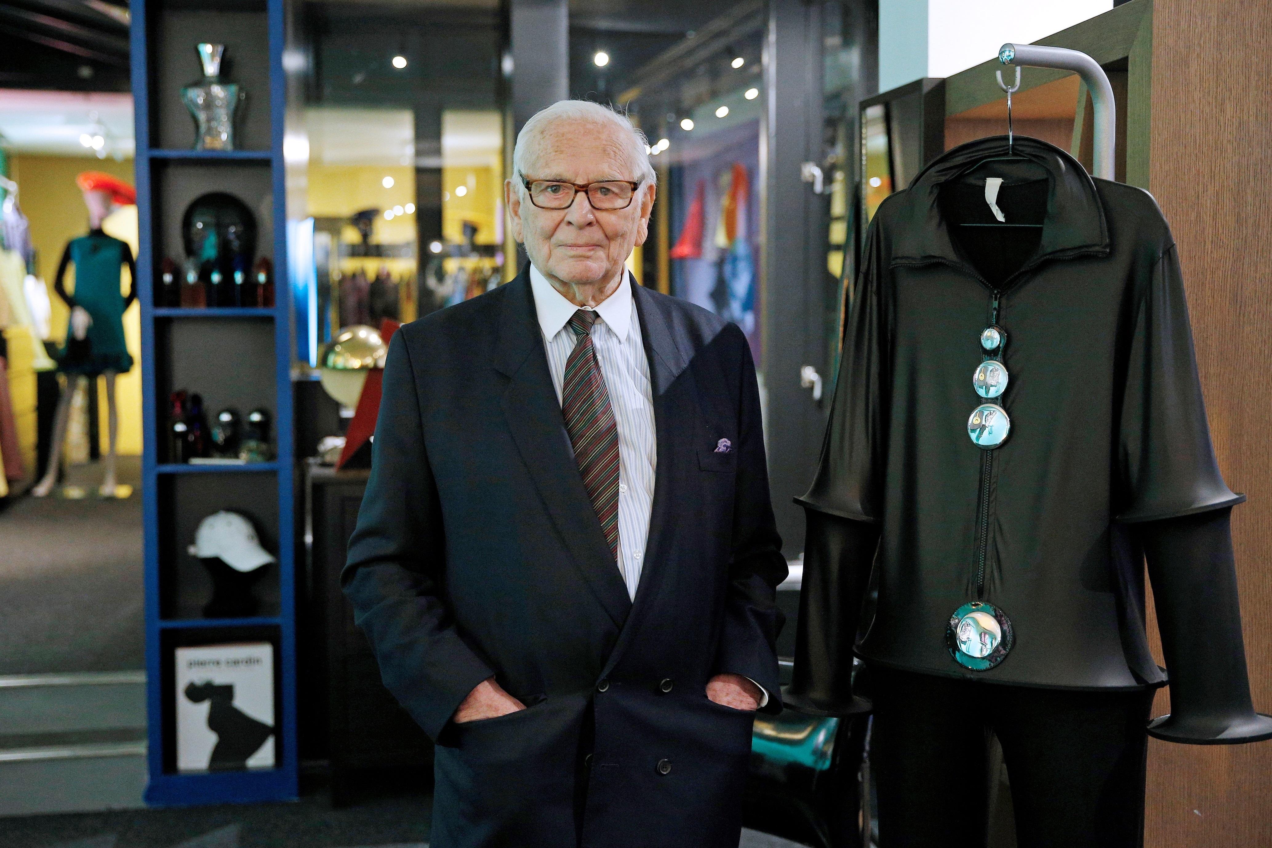 Cardin ha mantenido hasta el fin de sus días su carácter empresarial y su amor por la moda, en un estilo que aunque muchos tachan ahora de pasado, representaba para el diseñador y sus seguidores creaciones atemporales. (EFE)