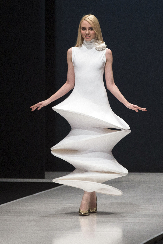"""""""La moda siempre es ridícula, vista desde antes o después. Pero en el momento, es maravillosa"""", dijo Cardin en una entrevista en 1970 con la televisión francesa. (AP)"""