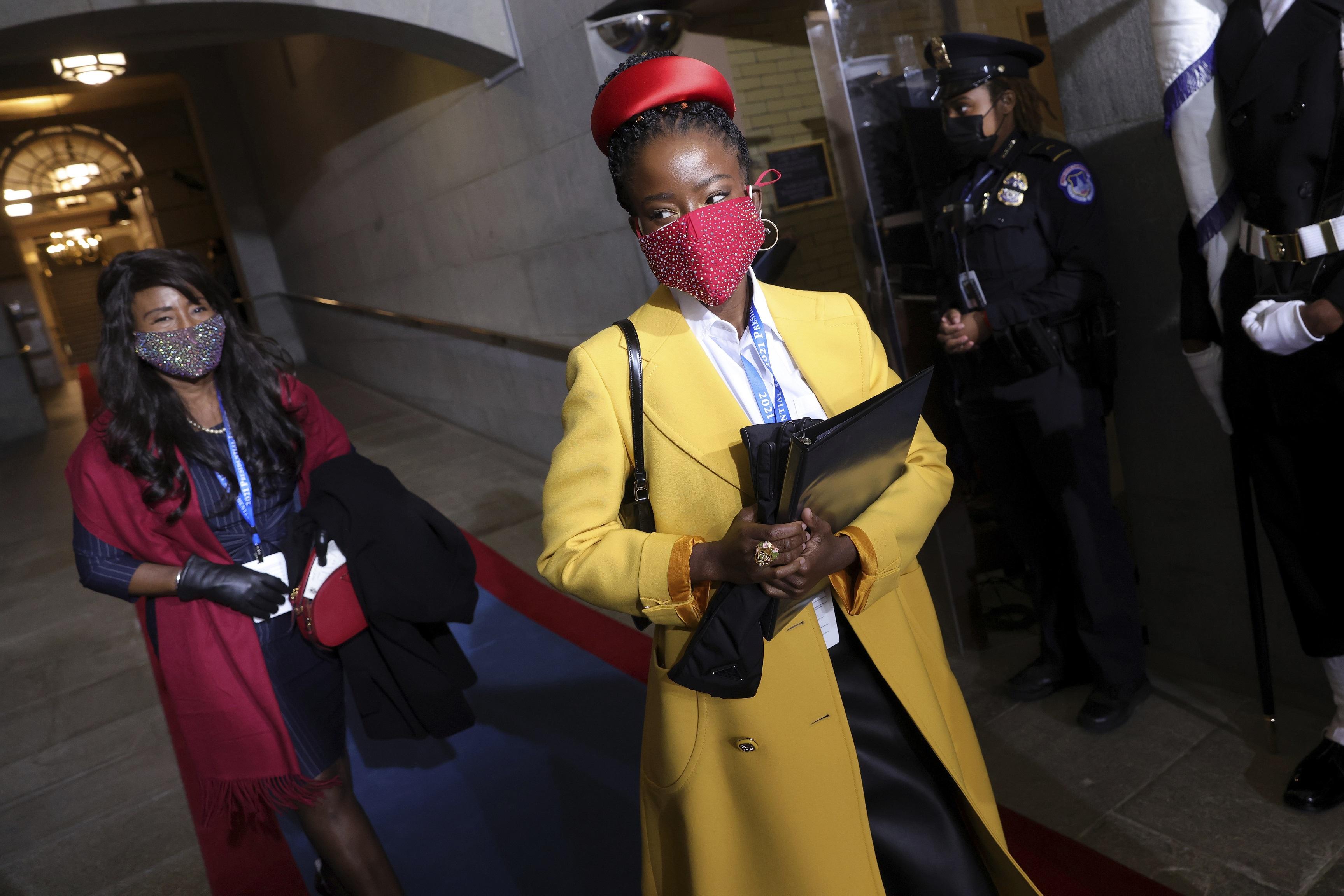 Amanda Gorman, la joven que leyó un poema lleno de esperanza durante la ceremonia, optó por abrigo amarillo brillante. (AP)