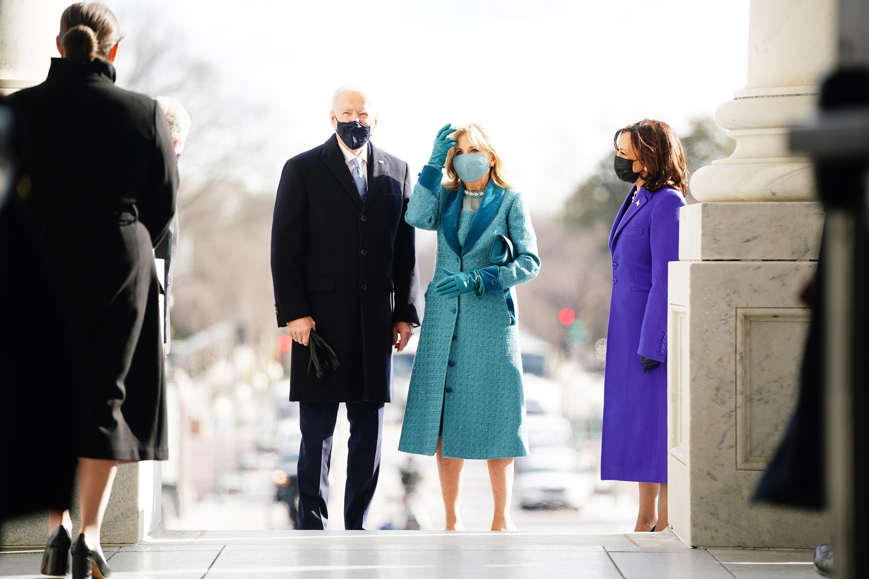 """Jill Biden, la nueva primera dama de Estados Unidos, seleccionó un conjunto monocromático de vestido, abrigo en """"tweed"""" revestidos de cristales de Swarovski, creación de la diseñadora Alexandra O'Neill de la marca Markarian, que tiene sede en Nueva York. También usó cartera, guantes y mascarilla a juego. (AP)"""