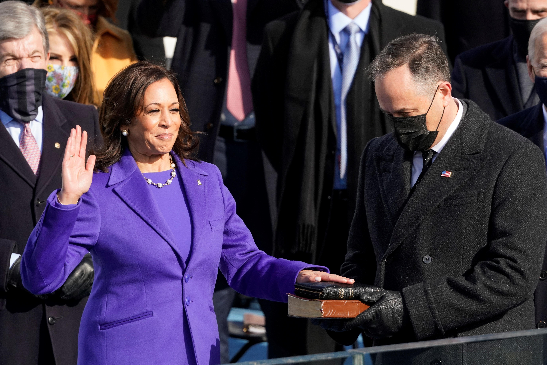 Para la ceremonia de investidura como vicepresidenta de Estados Unidos, Kamala Harris seleccionó un collar de perlas del diseñador puertorriqueño Wilfredo Rosario. (EFE)