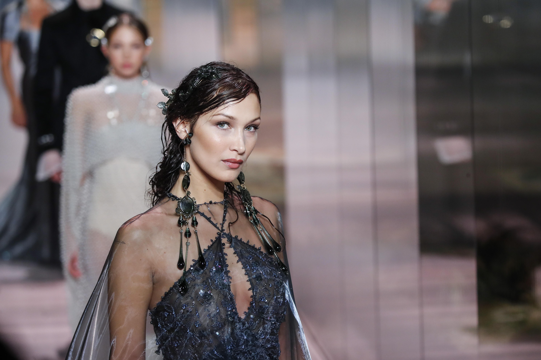 Bella Hadid modela una de las creaciones de Kim Jones para Fendi. (Foto: AP)