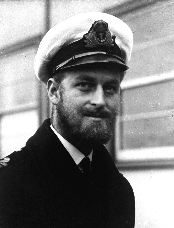 El príncipe Philip tuvo una larga carrera en la milicia. Aquí durante una visita naval a Melbourne, Australia en agosto de 1945. (AP)