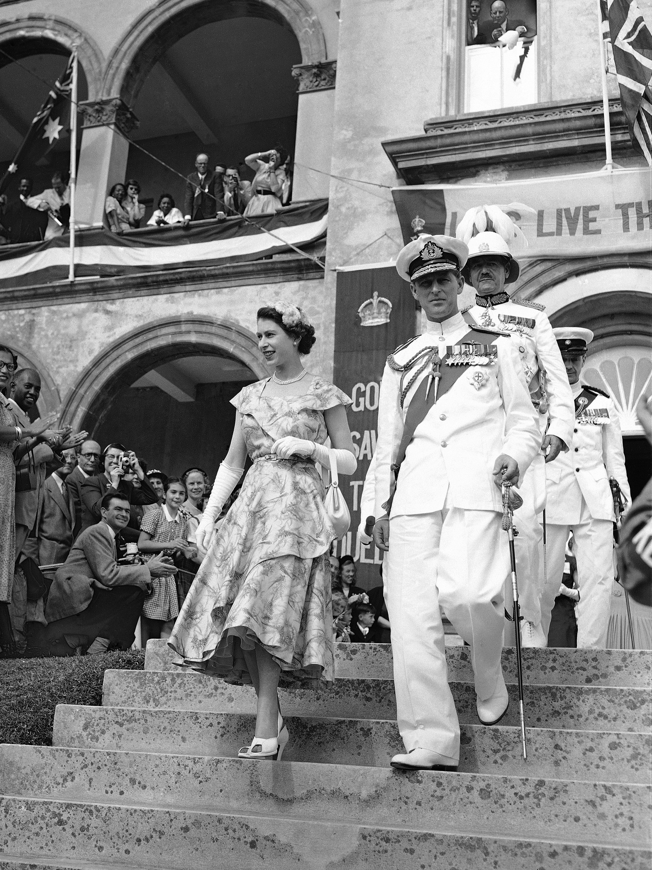 Elizabeth conoció a Philip, oficial de la Marina e hijo del príncipe Andrew de Grecia, en la boda de un primo de Philip. (AP)
