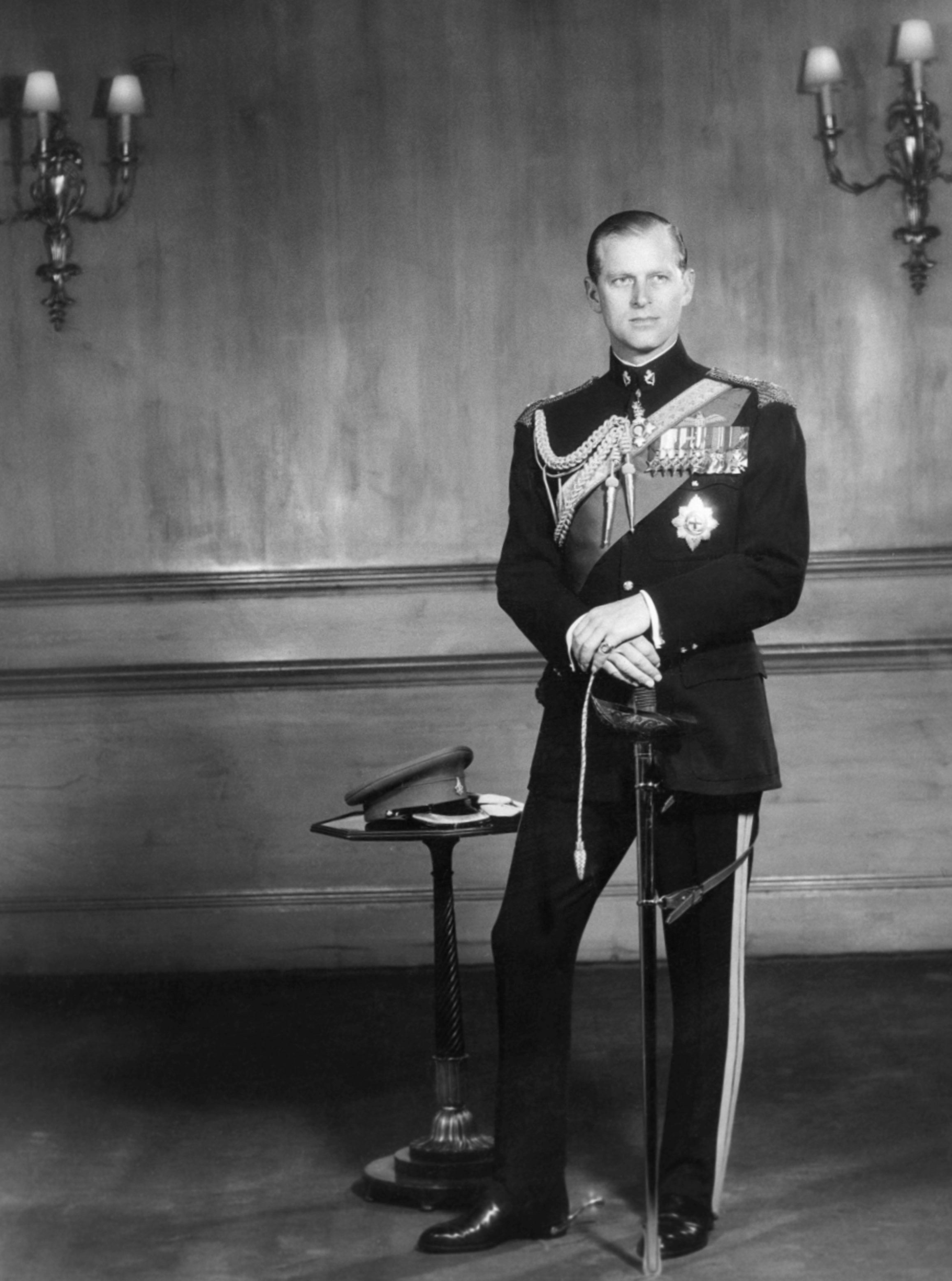 Luego de prestar servicio en la Marina Real a lo largo de la Segunda Guerra Mundial, Philip ascendió al rango de comandante, pero su carrera terminó cuando su esposa pasó a ser la reina Elizabeth II tras la muerte de su padre, el rey George VI, en 1952. (AP)