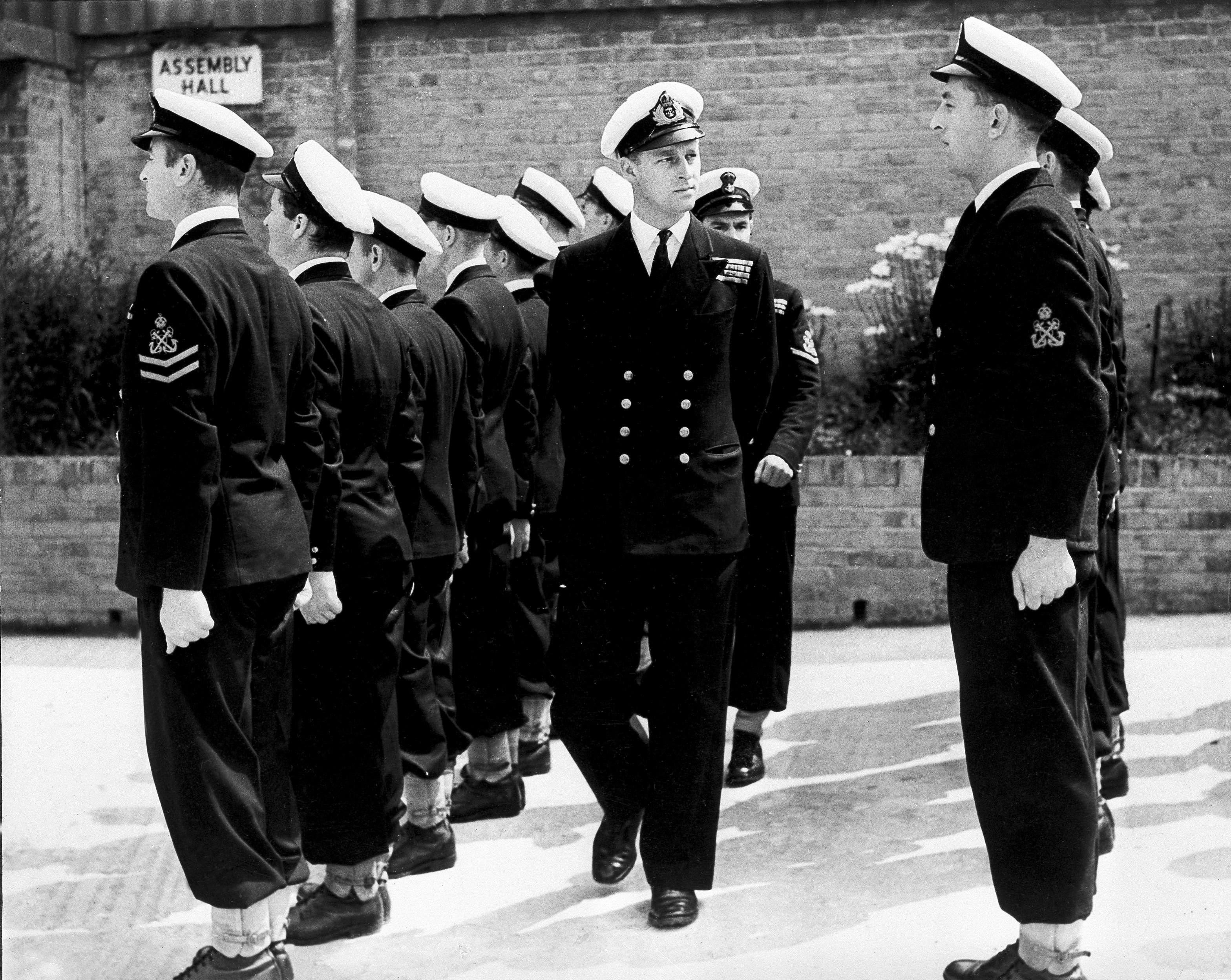 En 1939, Philip se unió al ejército británico como cadete de la Royal Naval College, Dartmouth. Ostentando este puesto fue que conoció a Elizabeth, quien se convertiría más tarde en su esposa y reina británica. (AP)