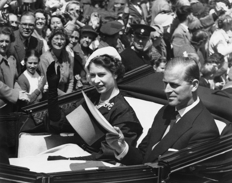 En las décadas posteriores, Philip, que ostentaba el título de duque de Edimburgo, pasó casi la totalidad de su matrimonio apoyando a su esposa en su papel de jefa del Estado. (AP)