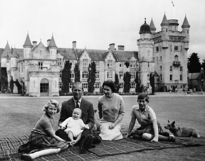 Philip y Elizabeth tuvieron cuatro hijos: Charles, el príncipe de Gales y heredero al trono; Anne, Andrew y Edward; ocho nietos que incluyen al príncipe William, segundo en la línea de sucesión al trono, y Harry; y 10 bisnietos. (AP)