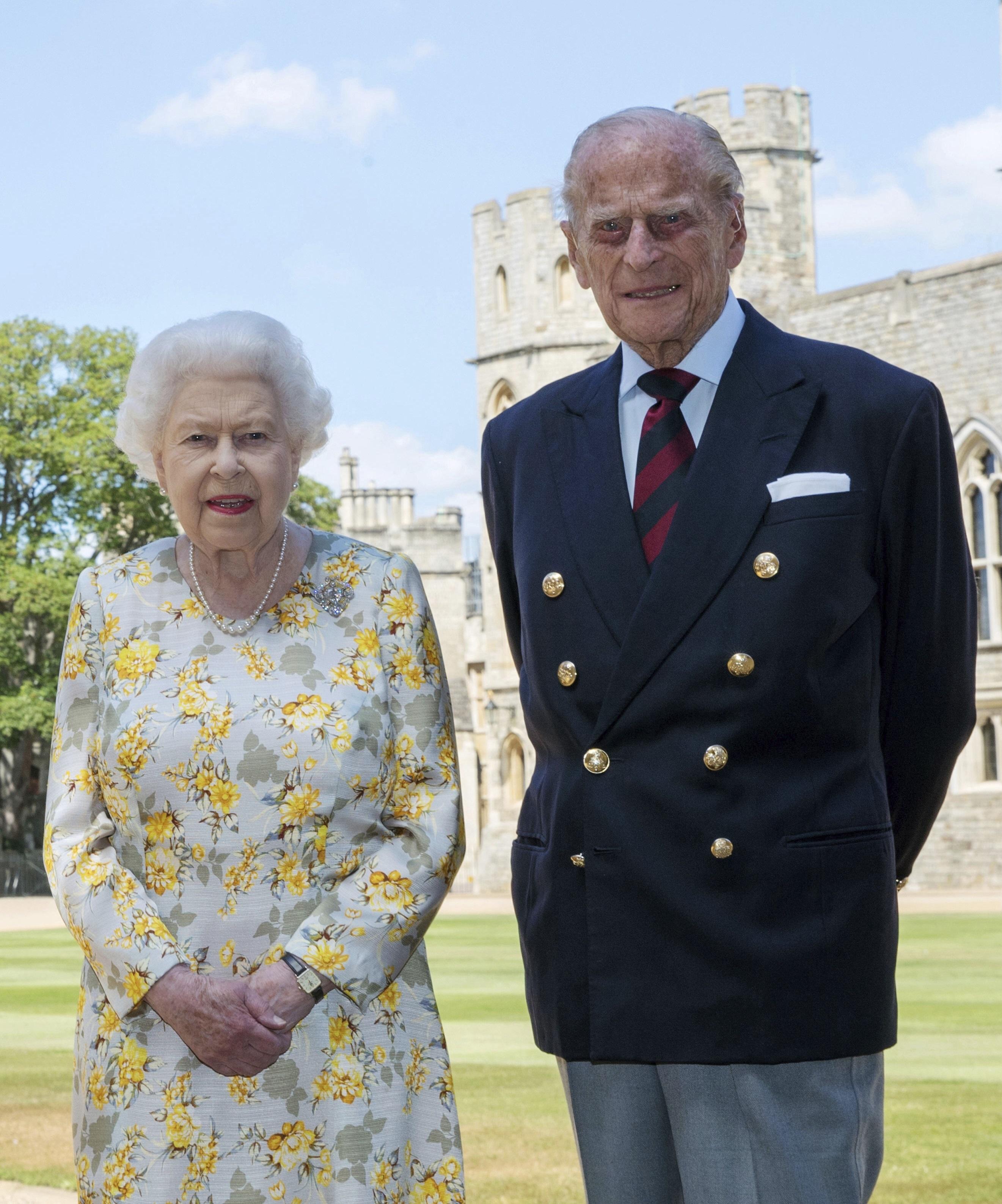 Tanto la reina Elizabeth II como el príncipe Philip fueron vacunados contra el coronavirus a principios de enero. (AP)