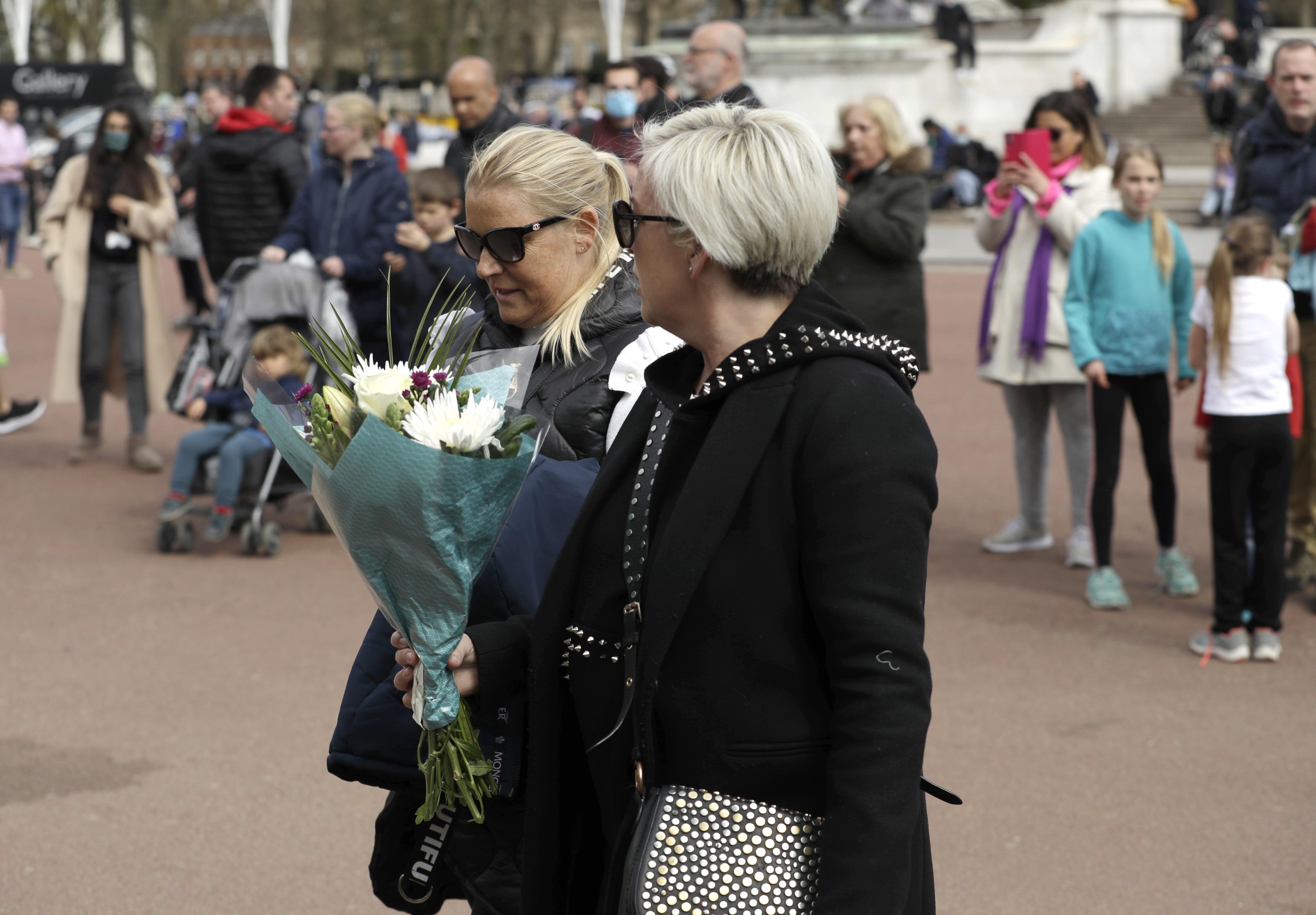 Cientos de personas han llegado hasta los portones del Palacio de Buckingham a presentar sus respetos al Duque de Edimburgo. (AP)
