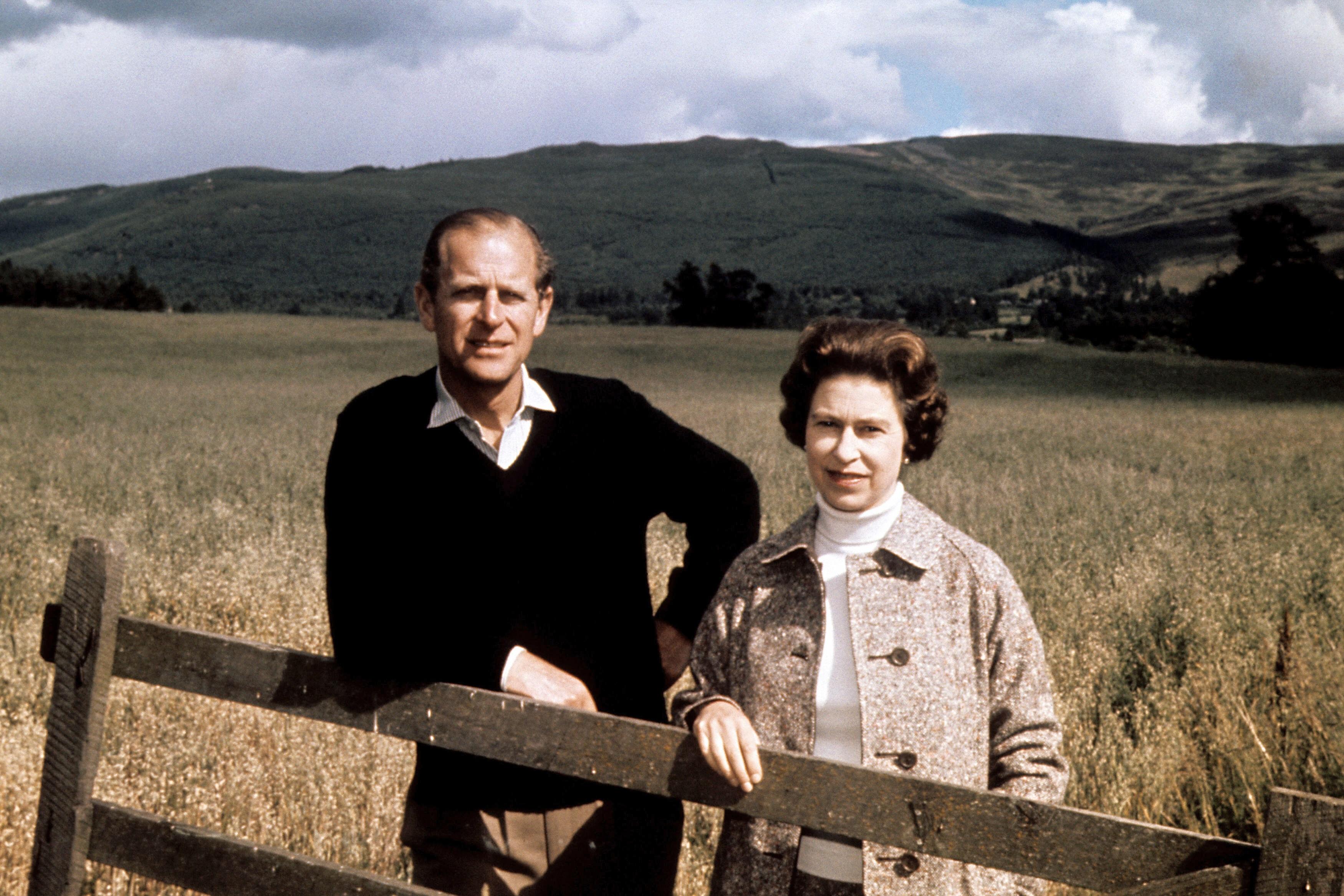 """En su 50 aniversario de boda, Elizabeth II calificó a su esposo como """"simplemente (...) mi fortaleza y base todos estos años"""". (AP)"""