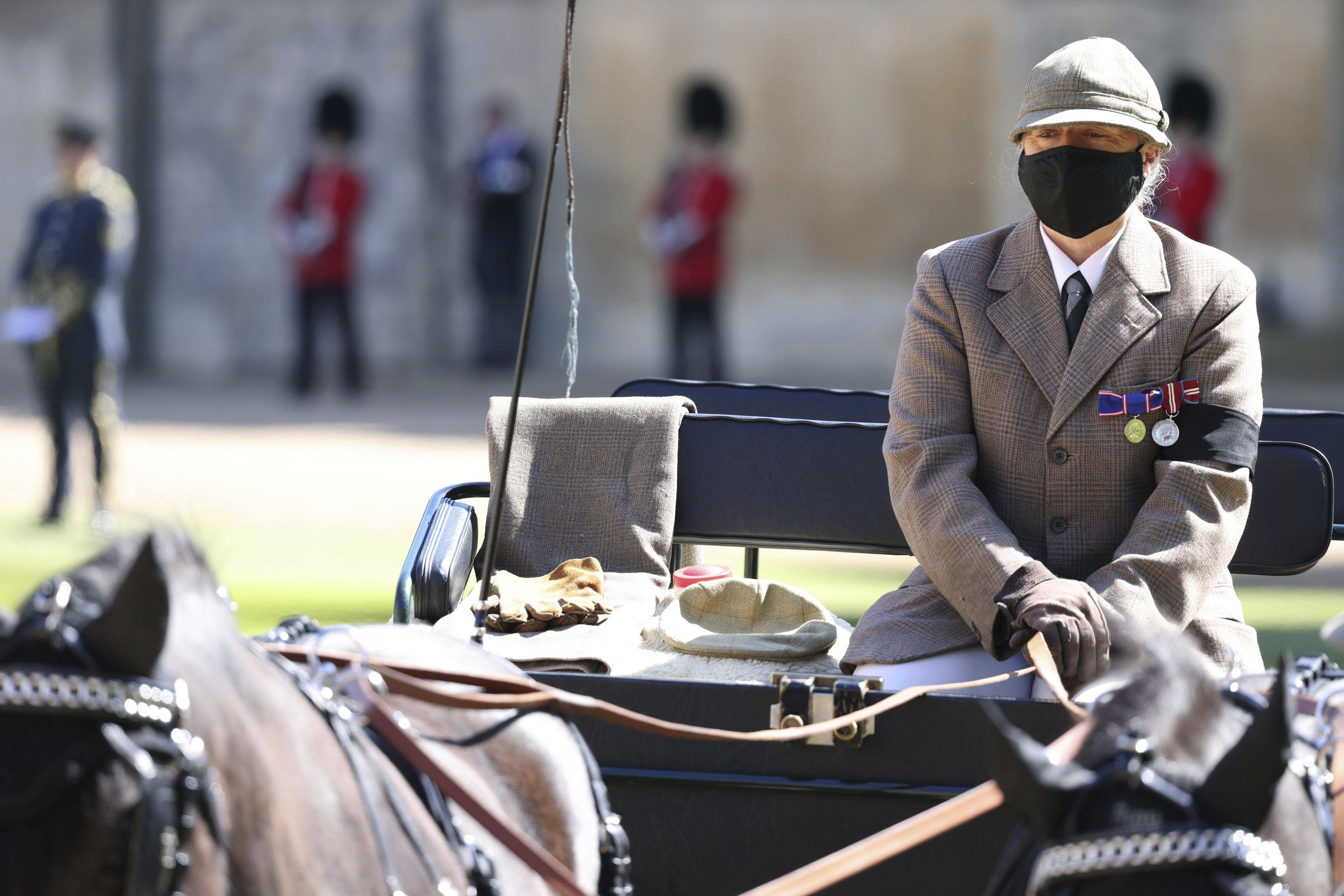 Hasta frente a la capilla de St. George llegó un coche llevado por dos caballos negros que el príncipe acostumbraba manejar por la estancia. En el asiento del pasajero descansaban los guantes, el sombrero y la bufanda que utilizaba el duque de Edimburgo. (AP)
