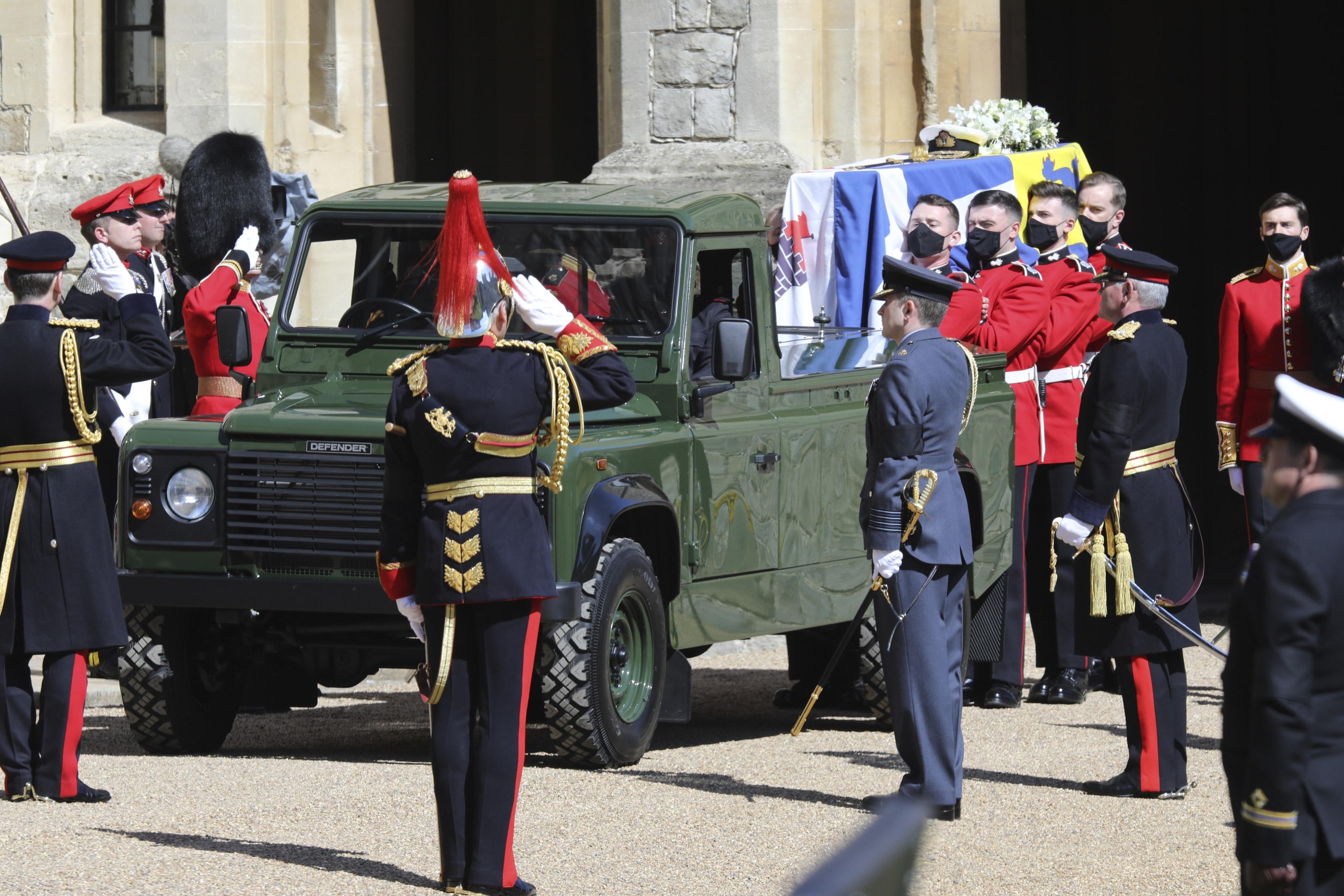 El ataúd fue transportado en un vehículo Land Rover modificado, cuyo diseño fue creado por el propio duque de Edimburgo. (AP)