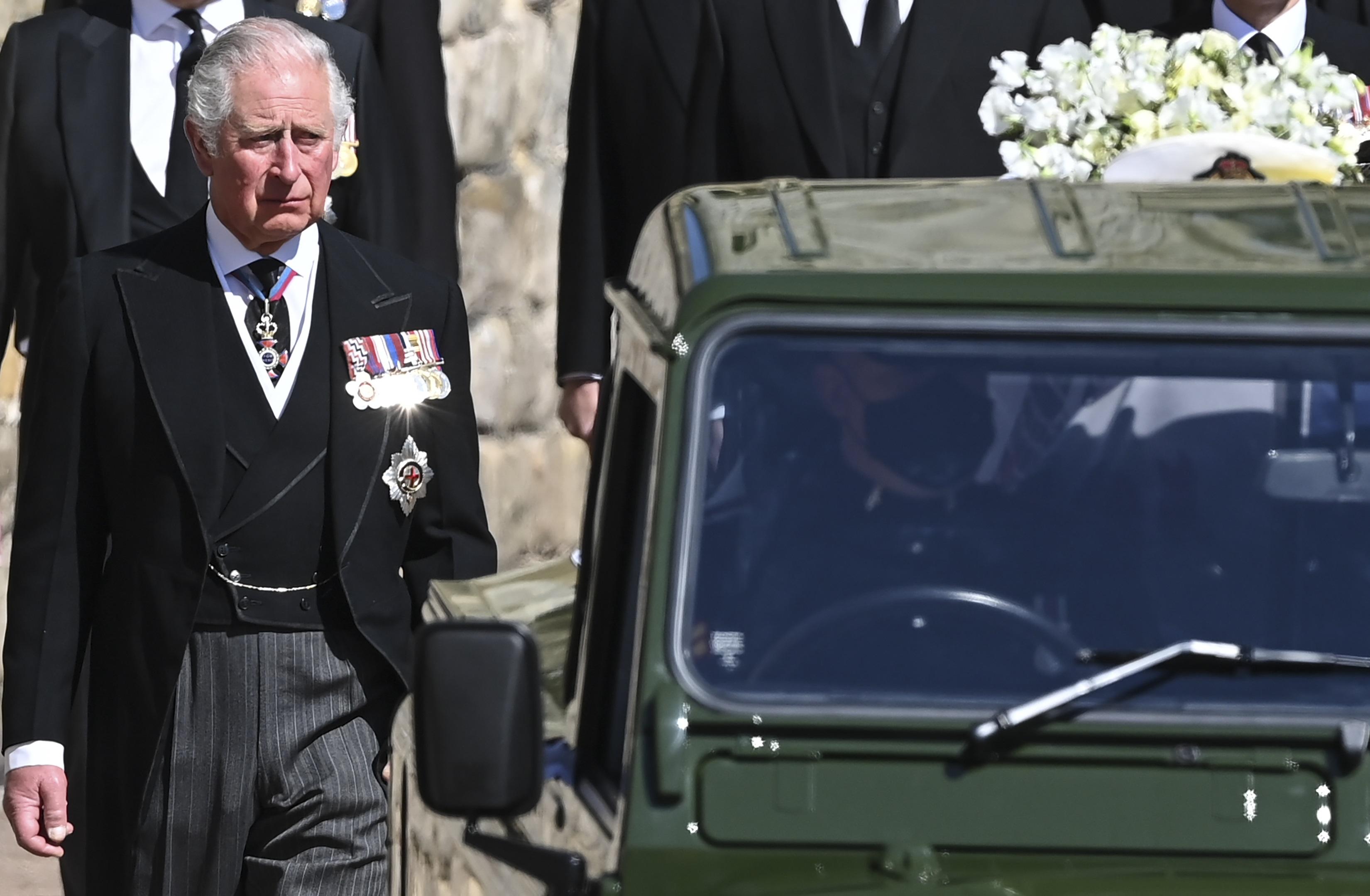 Al príncipe Charles, primogénito del duque de Edimburgo, se le vio muy afectado durante la ceremonia. (AP)