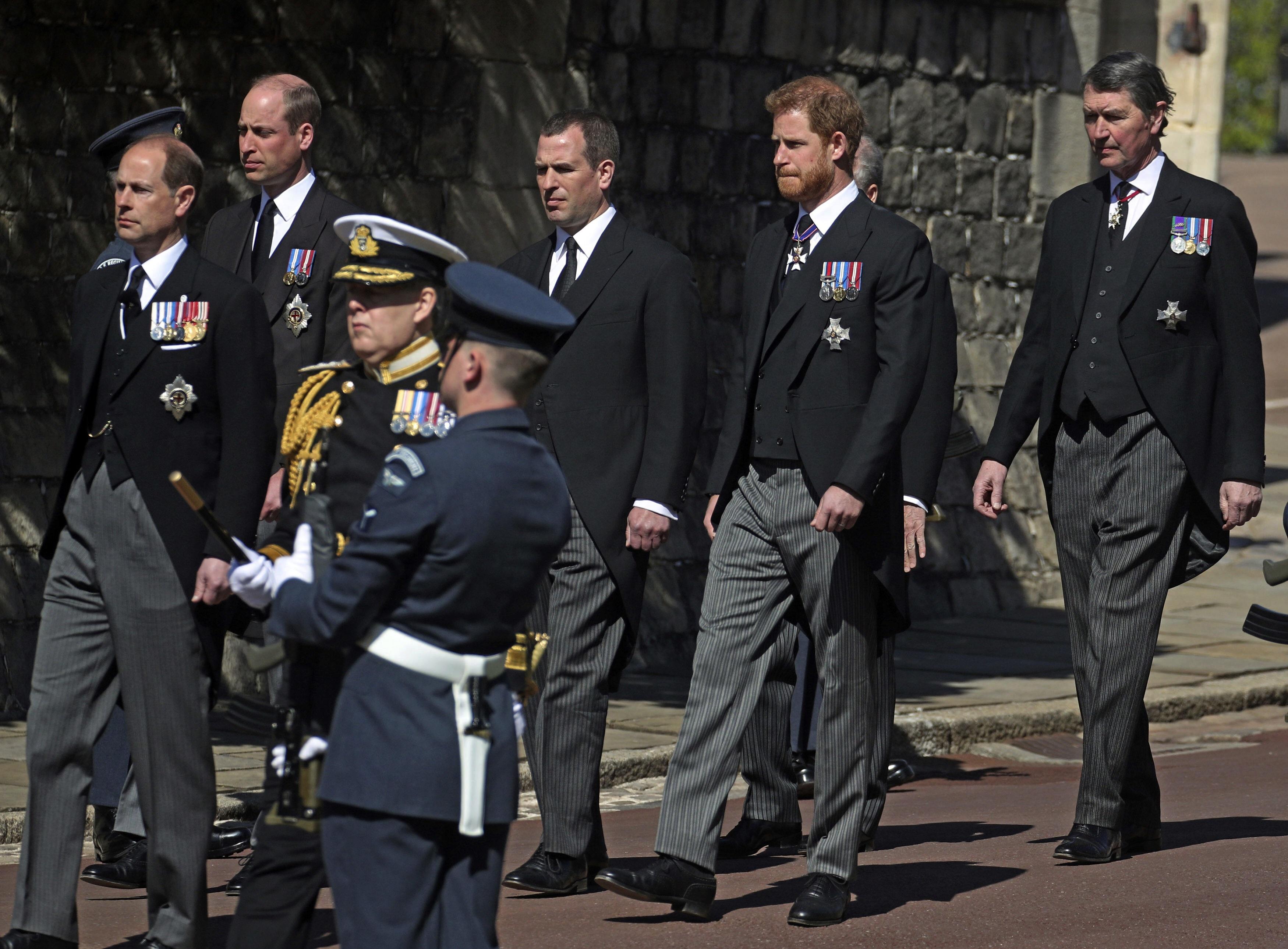 Peter Phillips, hijo mayor de la princesa Anne, desfiló en medio de los príncipes William y Harry. (AP)