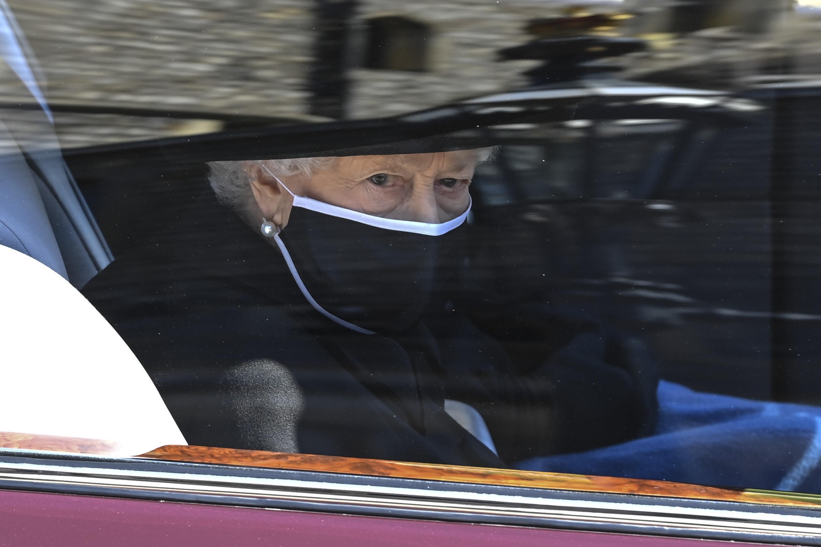 La reina Elizabeth II llegó hasta la capilla St. George y se le vio muy afectada. (AP)