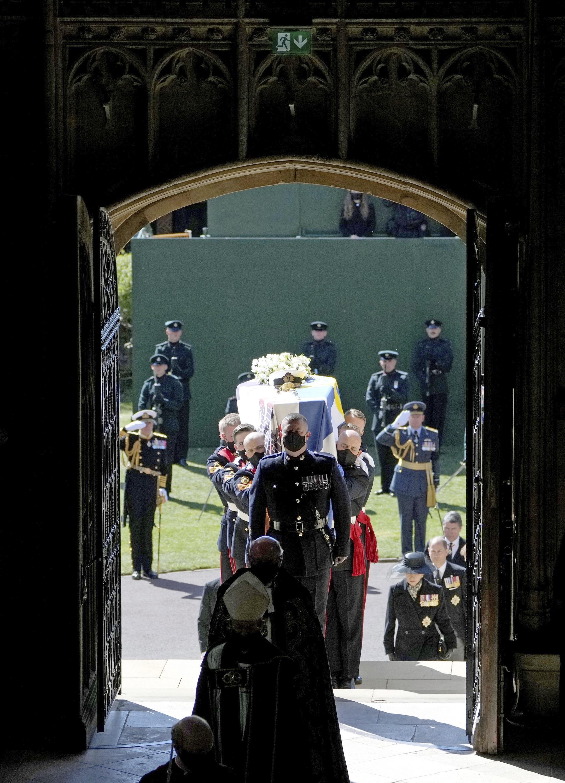 Aunque el desfile desde las puertas del castillo hasta la iglesia St. George se hizo a pie, una vez entraron a la iglesia, los miembros de la familia real siguieron el protocolo contra el COVID-19 y utilizaron mascarillas. (AP)