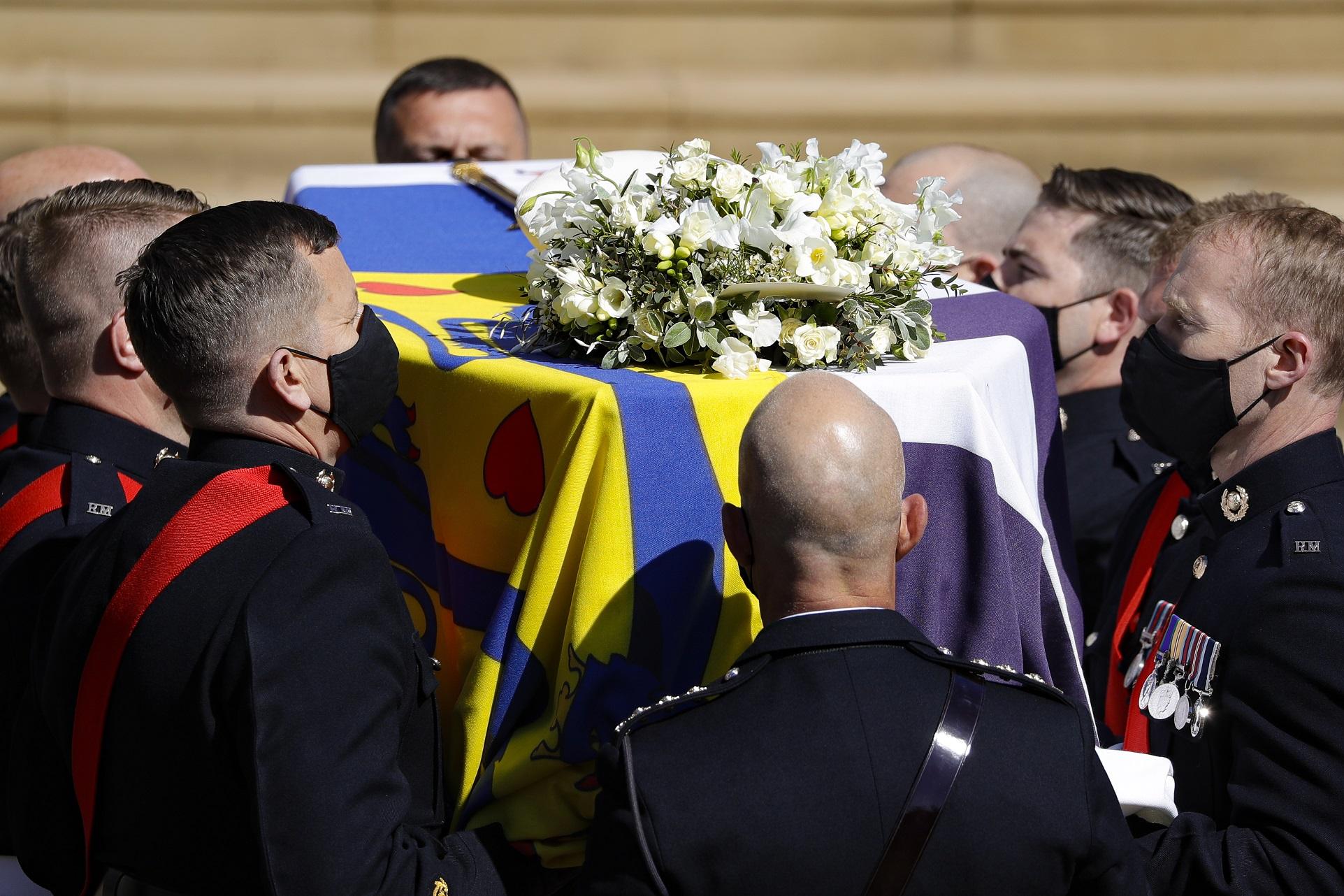 Sobre el ataúd descansaba una corona de flores blancas, la bandera, la gorra militar y la espada del príncipe Philip. (AP)