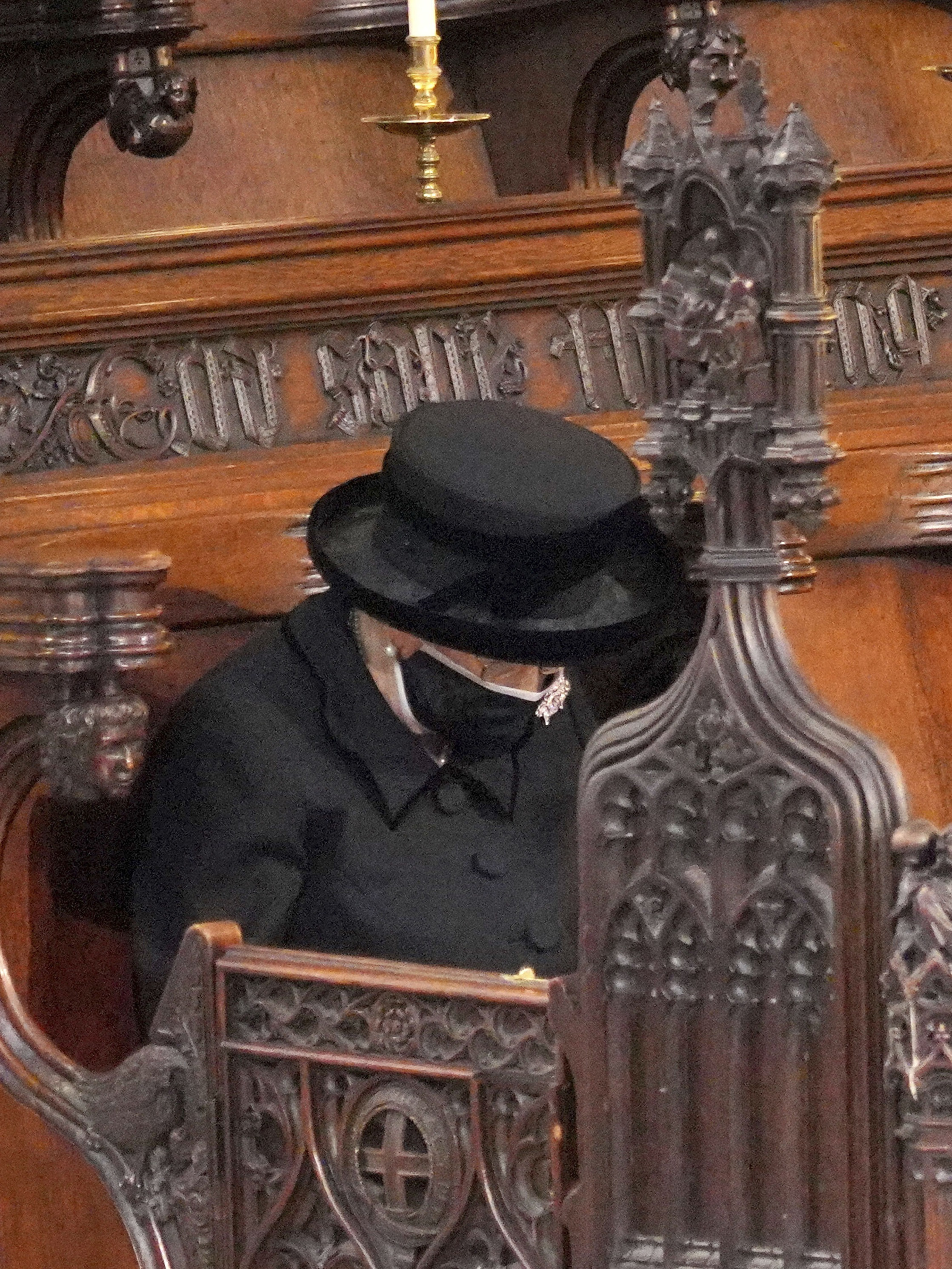 La reina Elizabeth II se sentó sola en la iglesia. (AP)