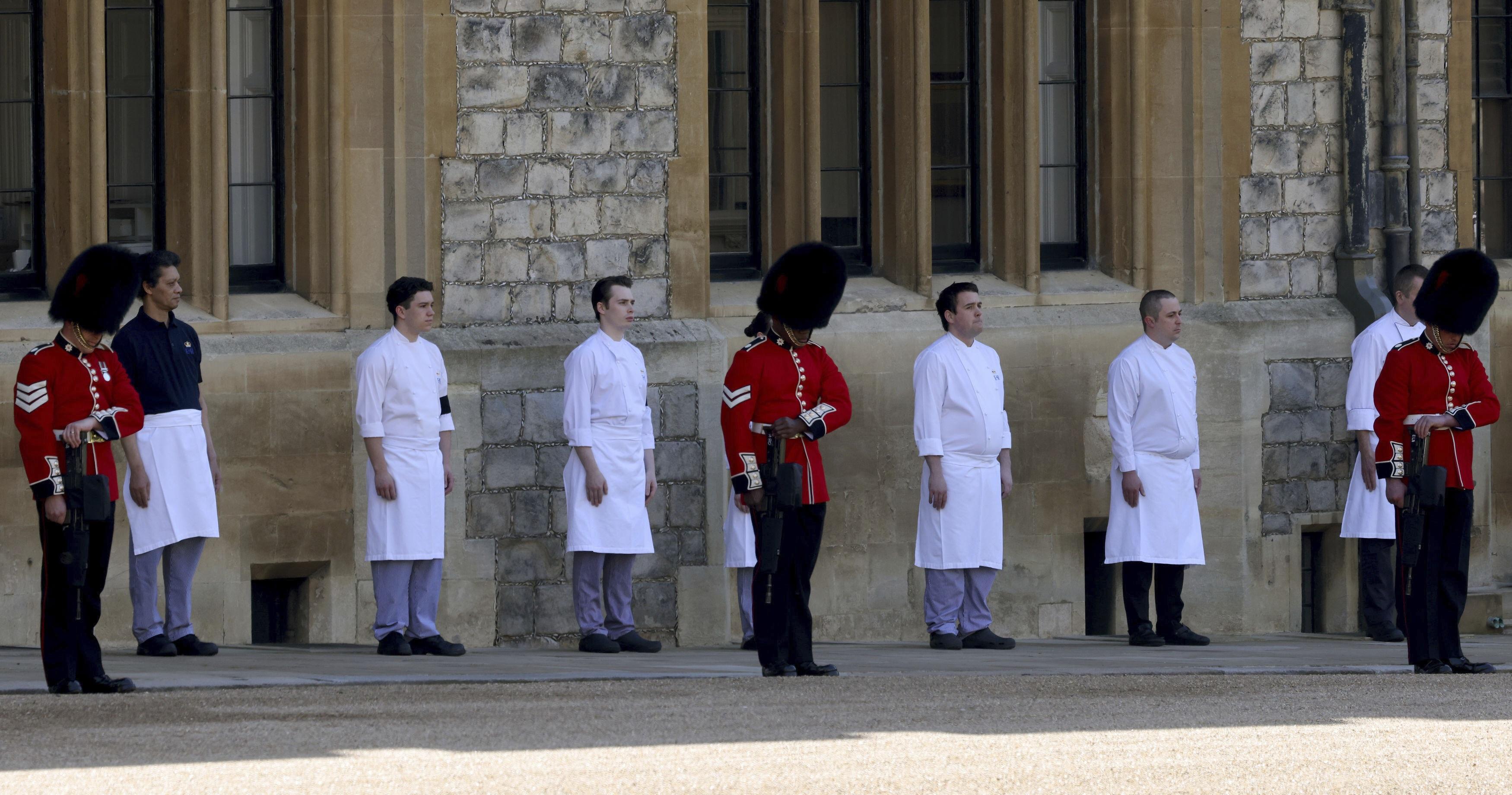 Miembros del personal de servicio del castillo de Windsor salieron a rendir honor al duque. (AP)