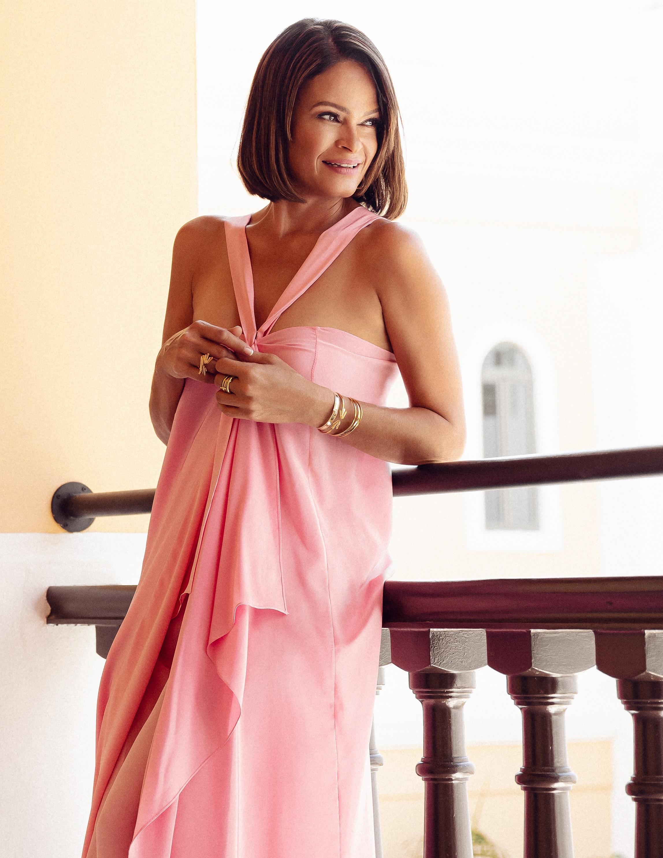 Rosa Lourdes comenzó en el mundo del modelaje durante la adolescencia, por lo que ambos embarazos los vivió mientras se paseaba por las pasarelas de los diseñadores más cotizados de finales de los 80 y principios de los 90. Moda: conjunto rosado de David Antonio y joyería de Reinhold Jewelers. (Nolan Rivera)