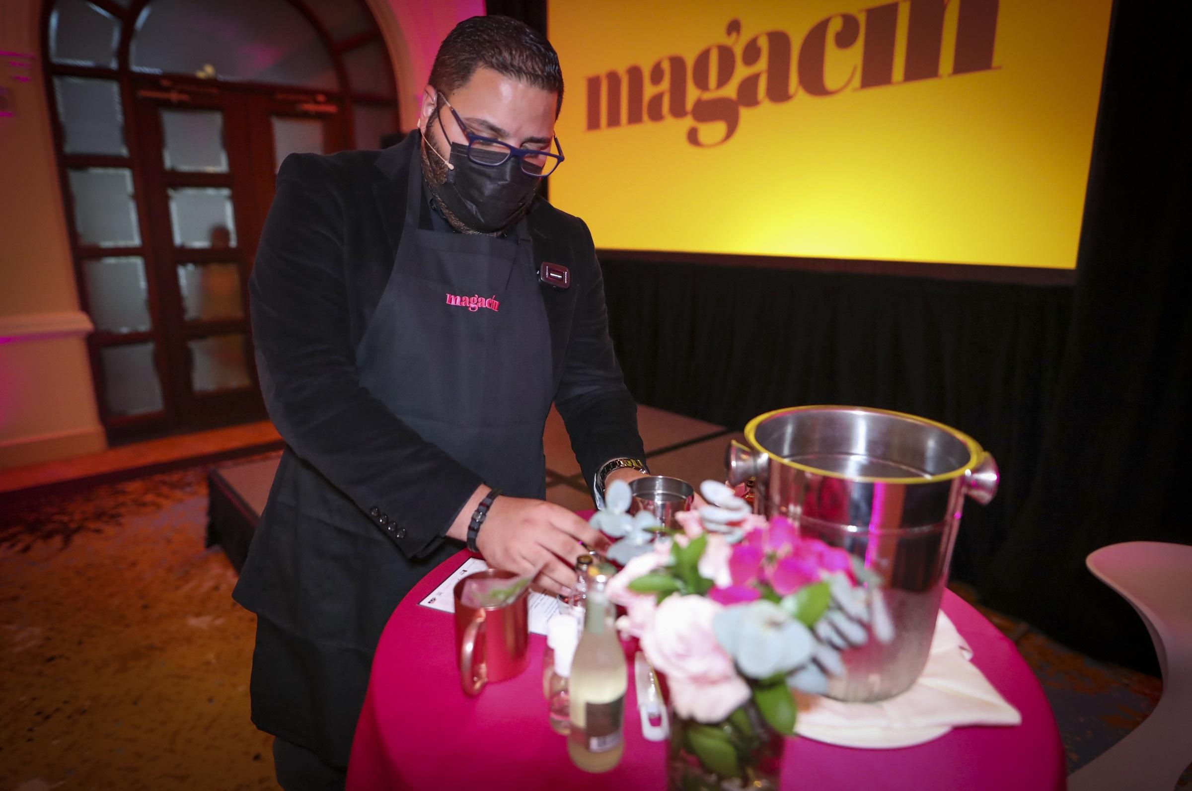 """El mixólogo José """"Kiko"""" Vázquez, de Méndez & Co., enseñó a confeccionar un Moscow Mule y un Old Fashioned (david.villafane@gfrmedia.com)"""