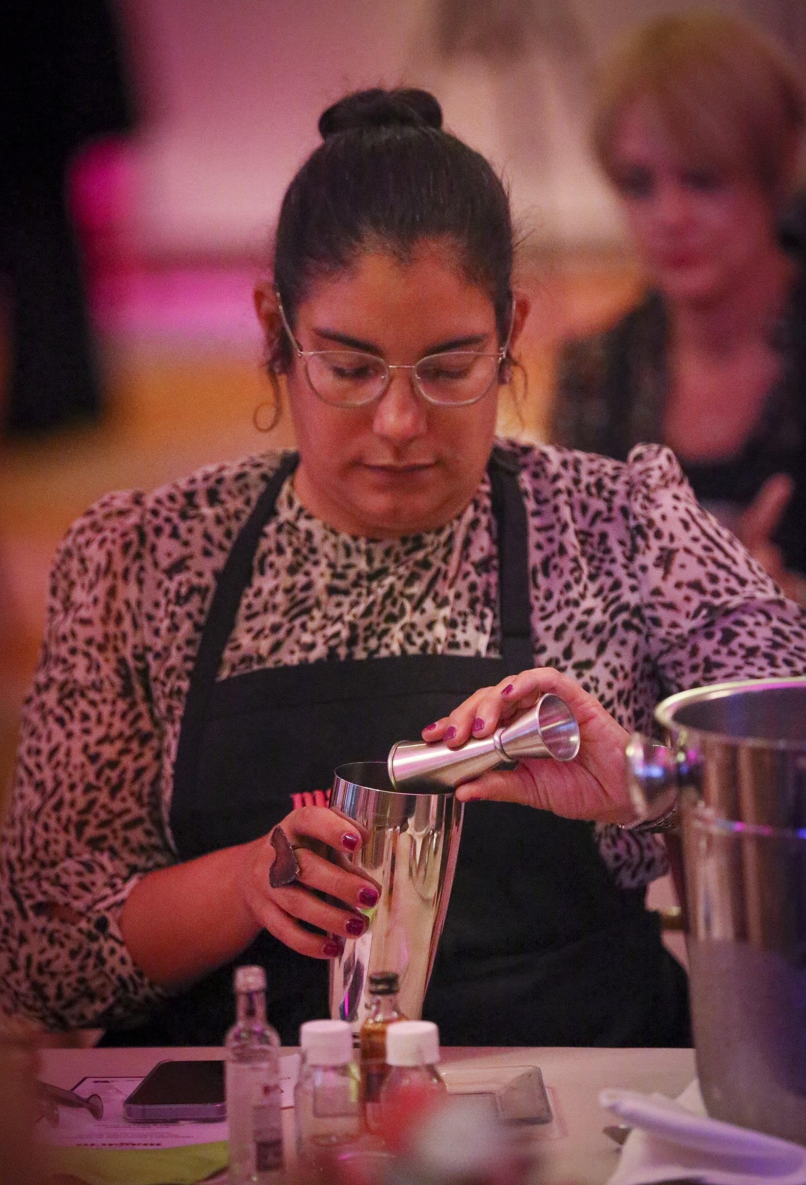 Laura Rentas, directora de Comunicaciones de LUMA Energy, durante la preparación de un cóctel  (david.villafane@gfrmedia.com)