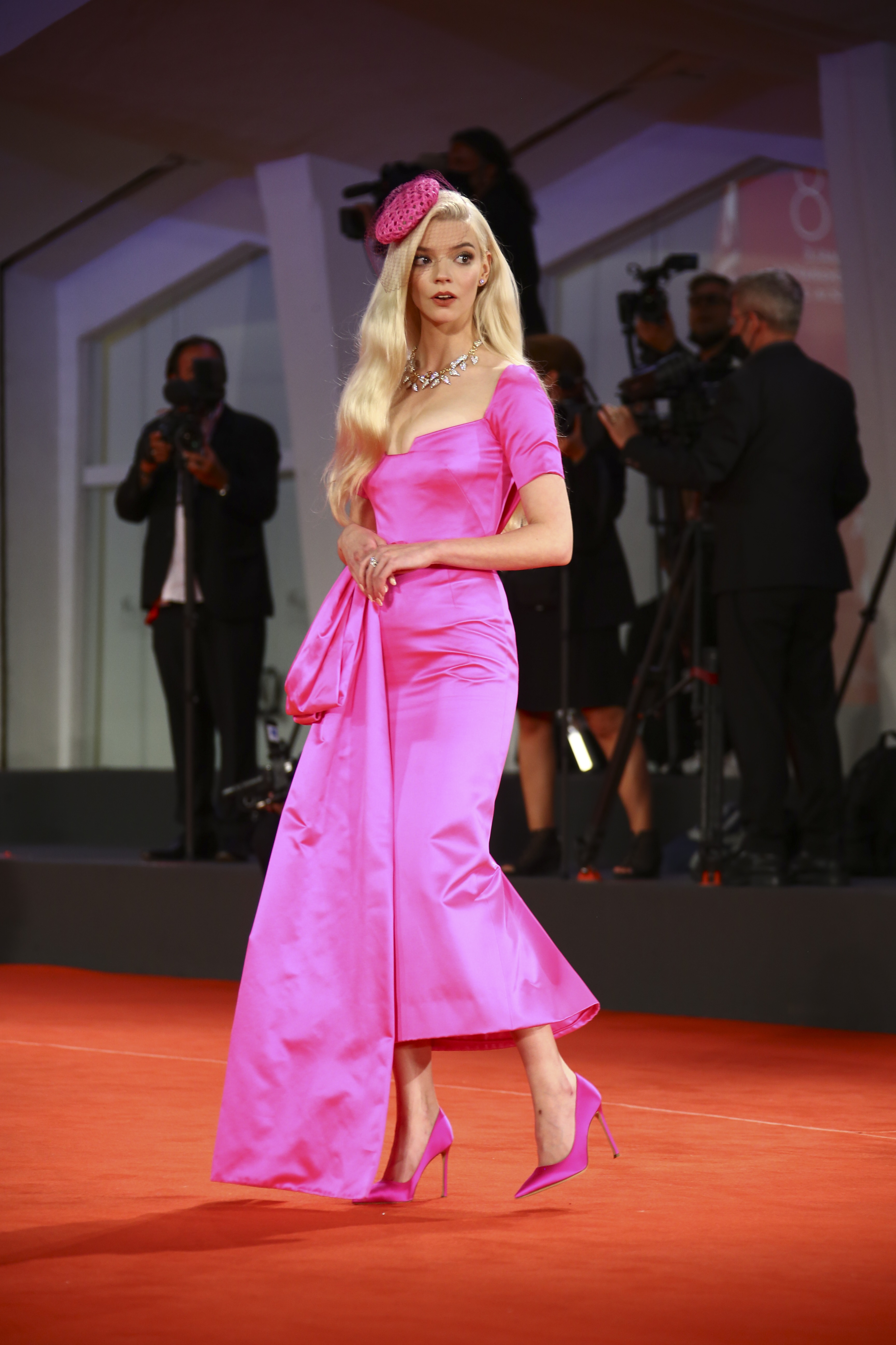 Anya Taylor-Joy con un vestido rosa de Christian Dior. (AP)