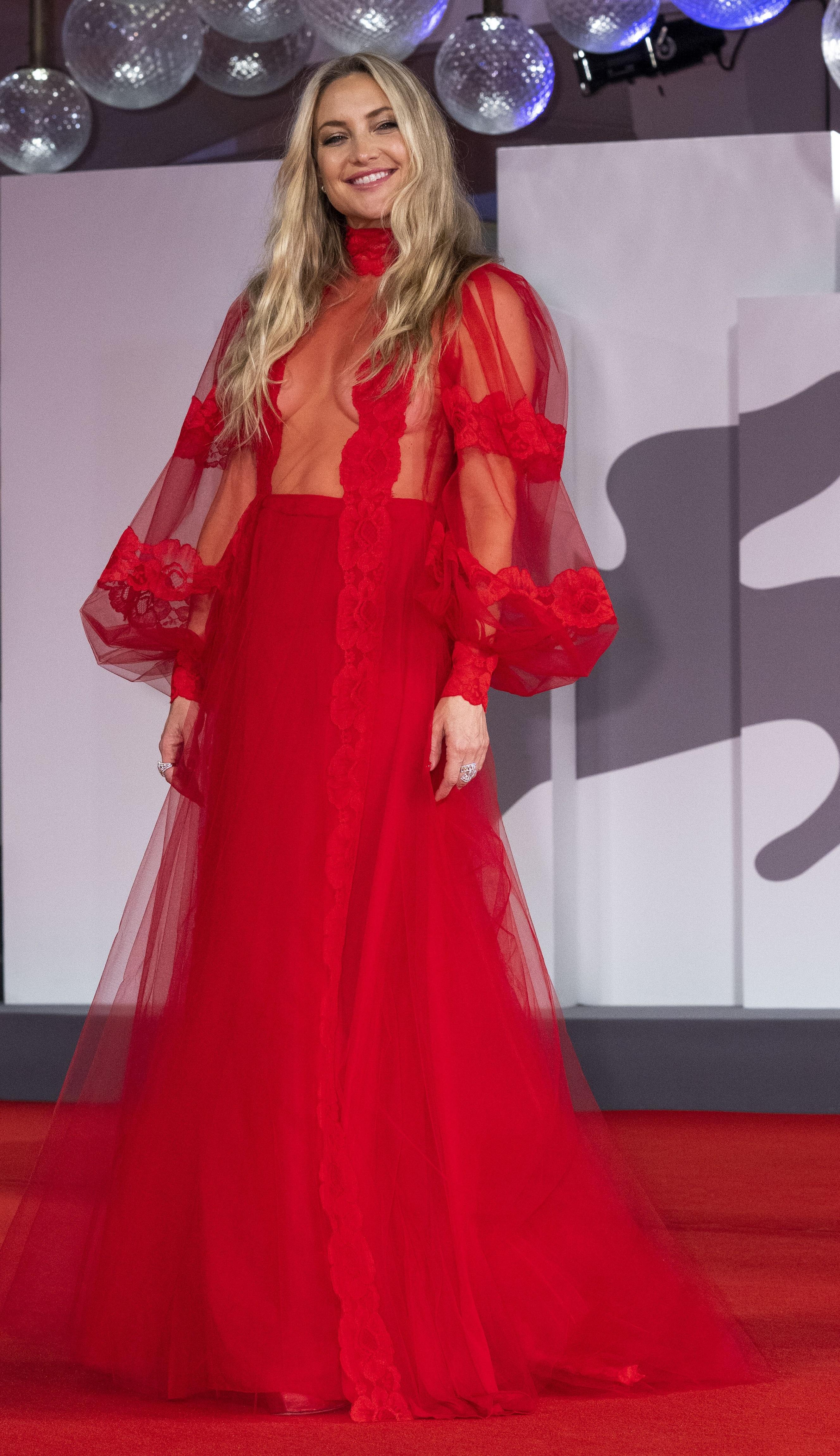 Kate Hudson con un vestido rojo con transparencias de la firma Valentino. (AP)