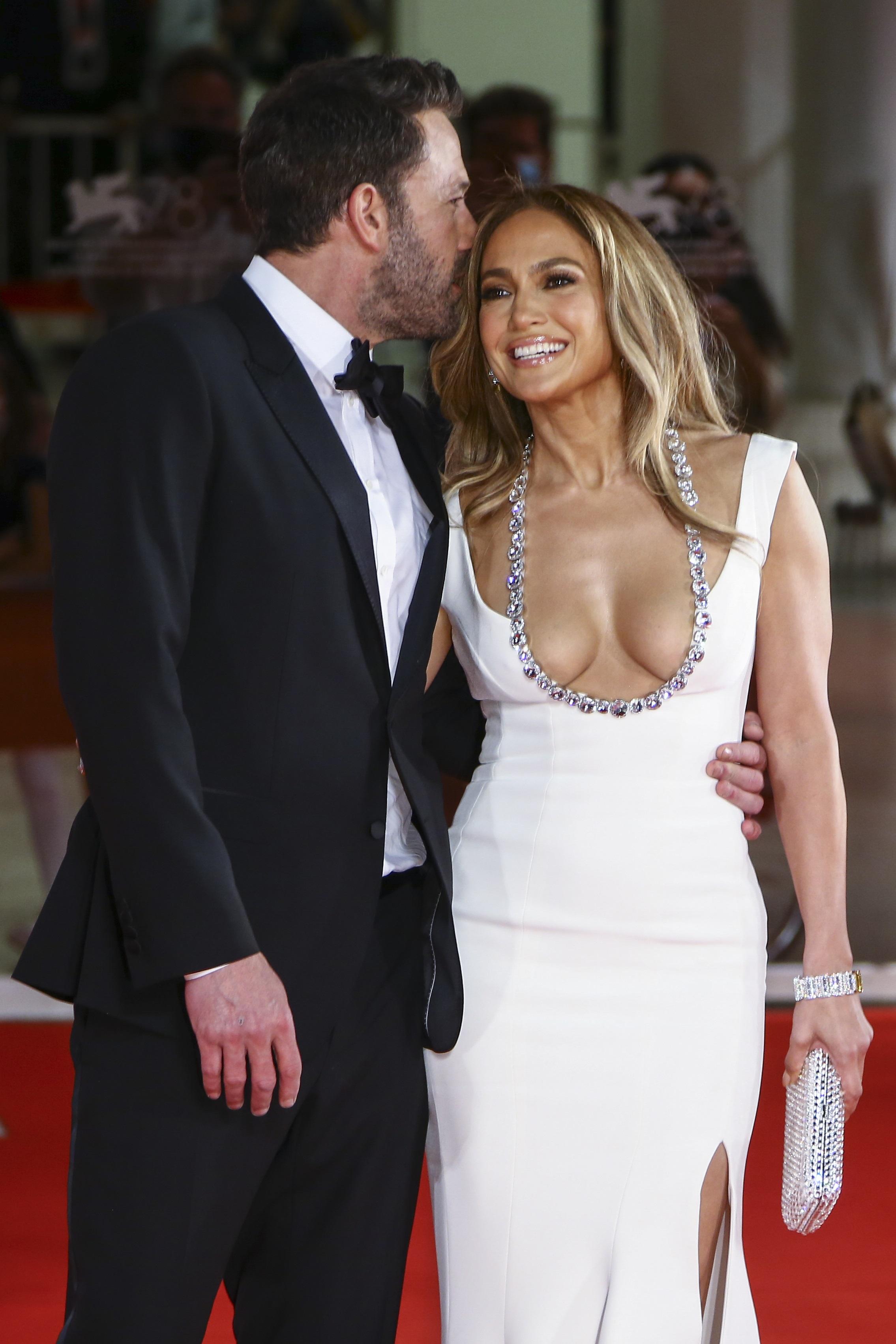 Jennifer López, junto a  Ben Affleck, utilizó un traje del diseñador Georges Hobeika. (AP)