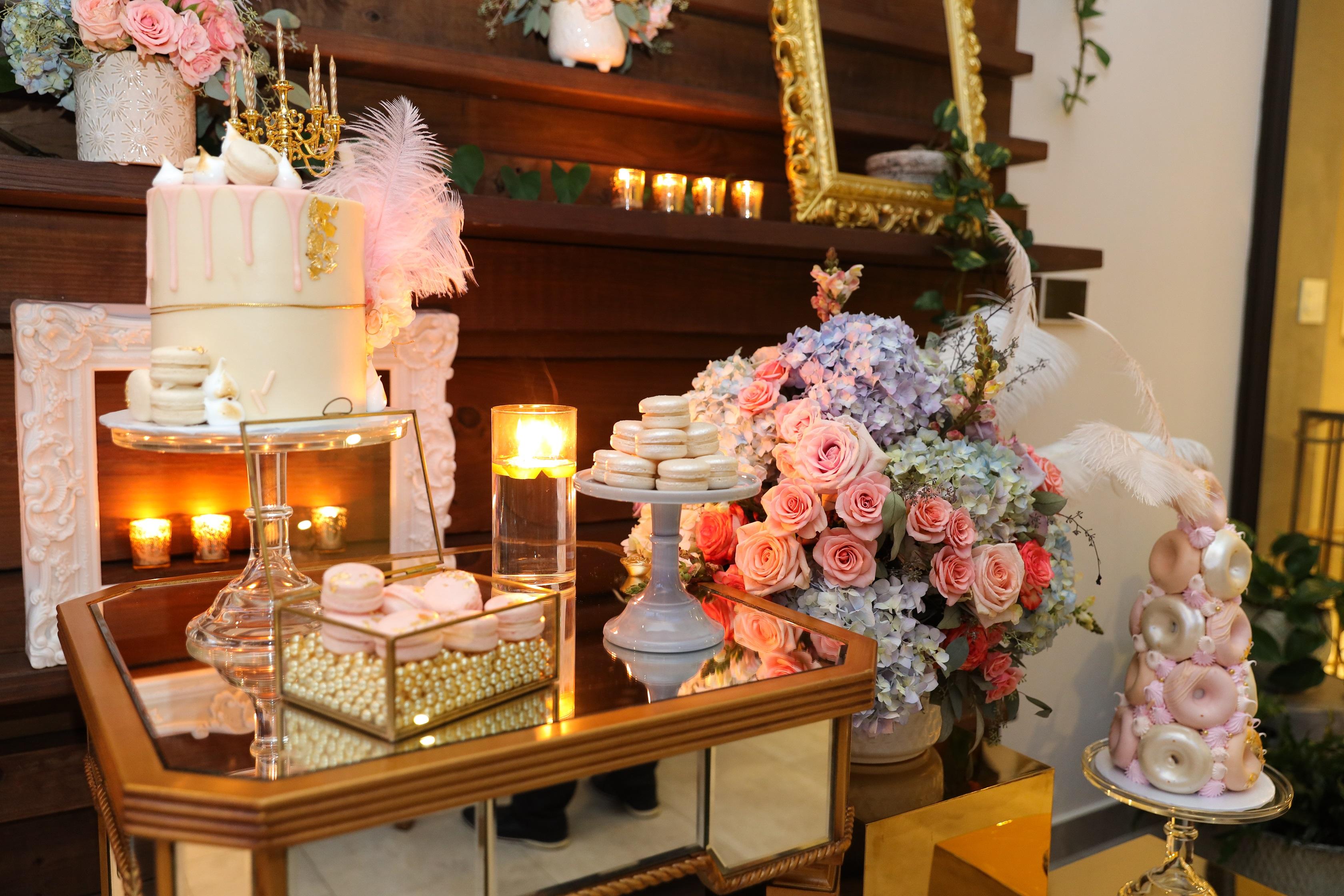 La decoración fue hecha por Artsy Party Styling y uno de los puntos focales fue la mesa con bizcochos, donas y macarons, de G-Delights. El menú de la noche fue confeccionado por el chef José Alfredo Díaz. (Suministrada/Karina Margary)
