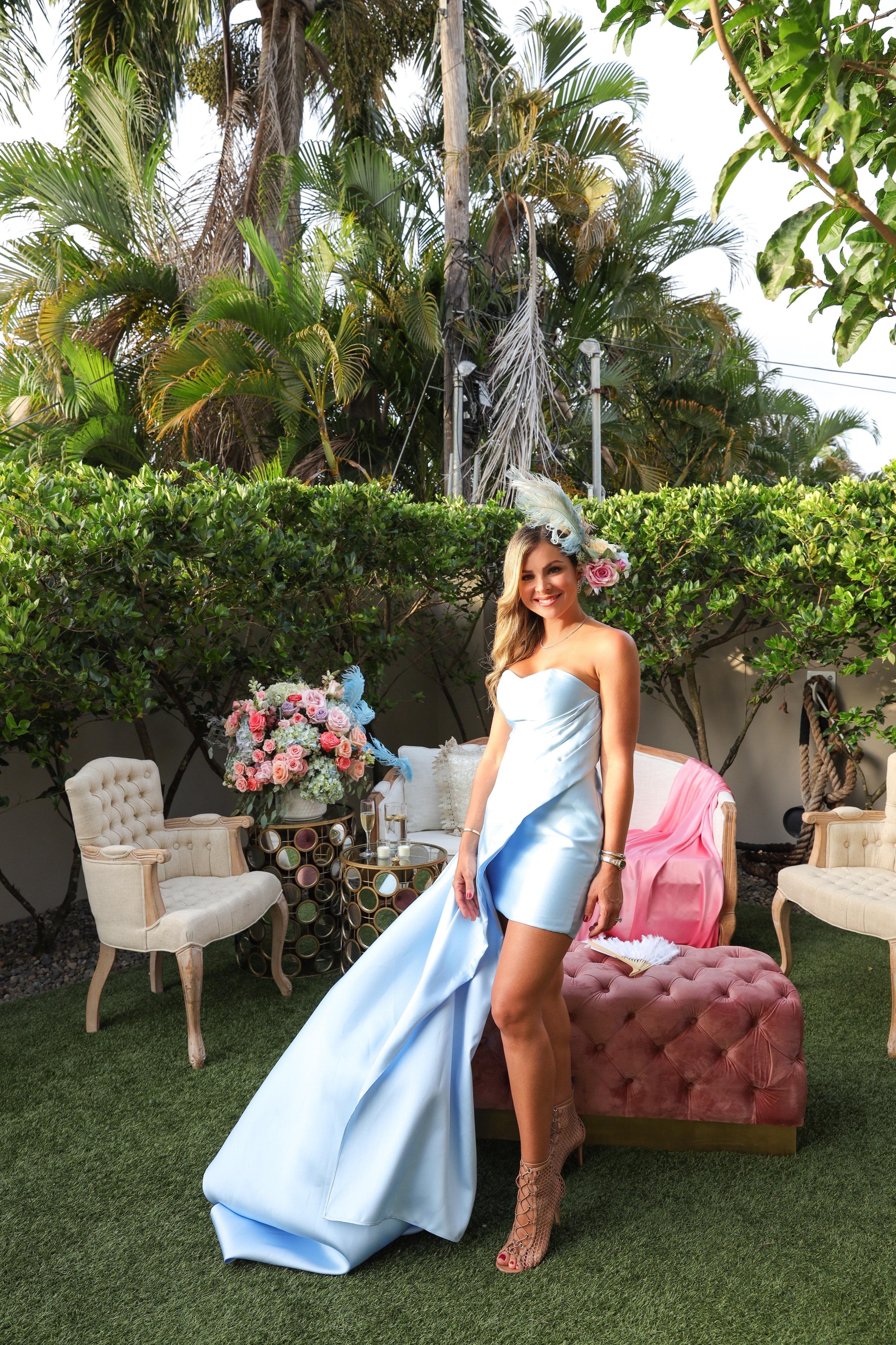 La homenajeada lució un vestido diseñado por Jean Cintrón y un tocado de Casa Flor Ana Cintrón. (Suministrada/Karina Margary)