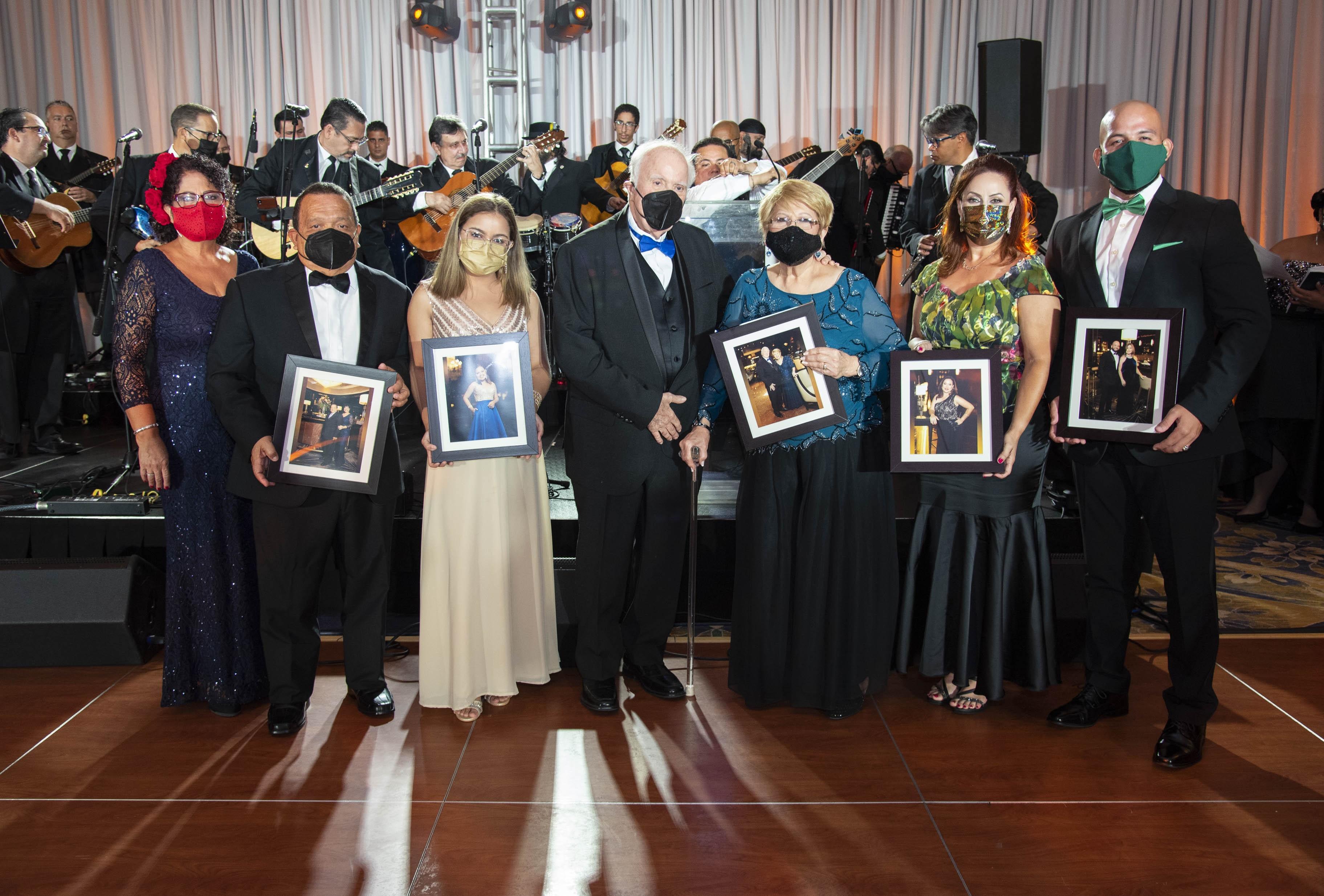 Los homenajeados del evento: Rosana De La Cruz y su esposo Dennis G. Hernández; Neisharleen Martínez; Miguel De La Sotay su esposa Rosita De La Sota; Anadel Polidura y Miguel A. Ramos. (Suministrada)
