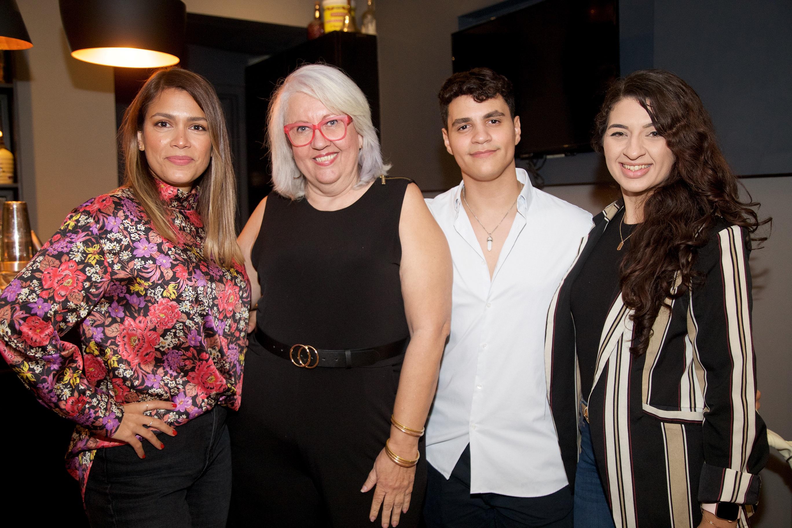 Giselle Cordoves, Idalis Jiménez, Gabriel García y Grinoshka Bou (Nichole Saldarriaga)