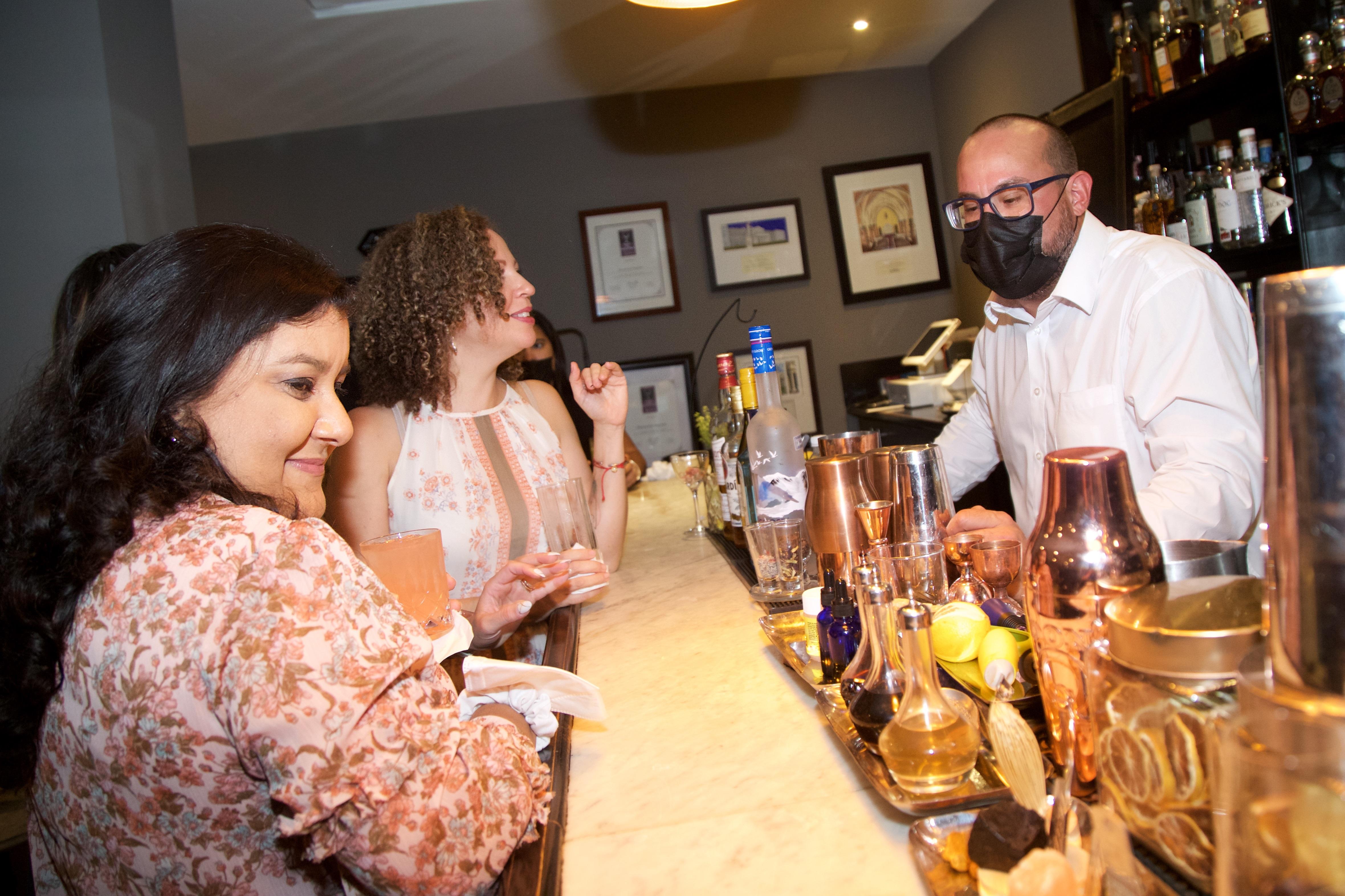 La actividad se llevó a cabo en el restaurante Ariel, en Miramar, donde el reconocido chef, Ariel Rodríguez, deleitó a los presentes con un exquisito menú que estuvo acompañado con cócteles presentados por Bacardí. (Nichole Saldarriaga)
