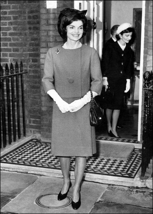 """Se decía que la exprimera dama de Estados Unidos, Jackeline Kennedy, era fanática de los """"pumps"""" y ordenaba 12 pares nuevos para estrenar cada mes. (Foto: Archivo)"""