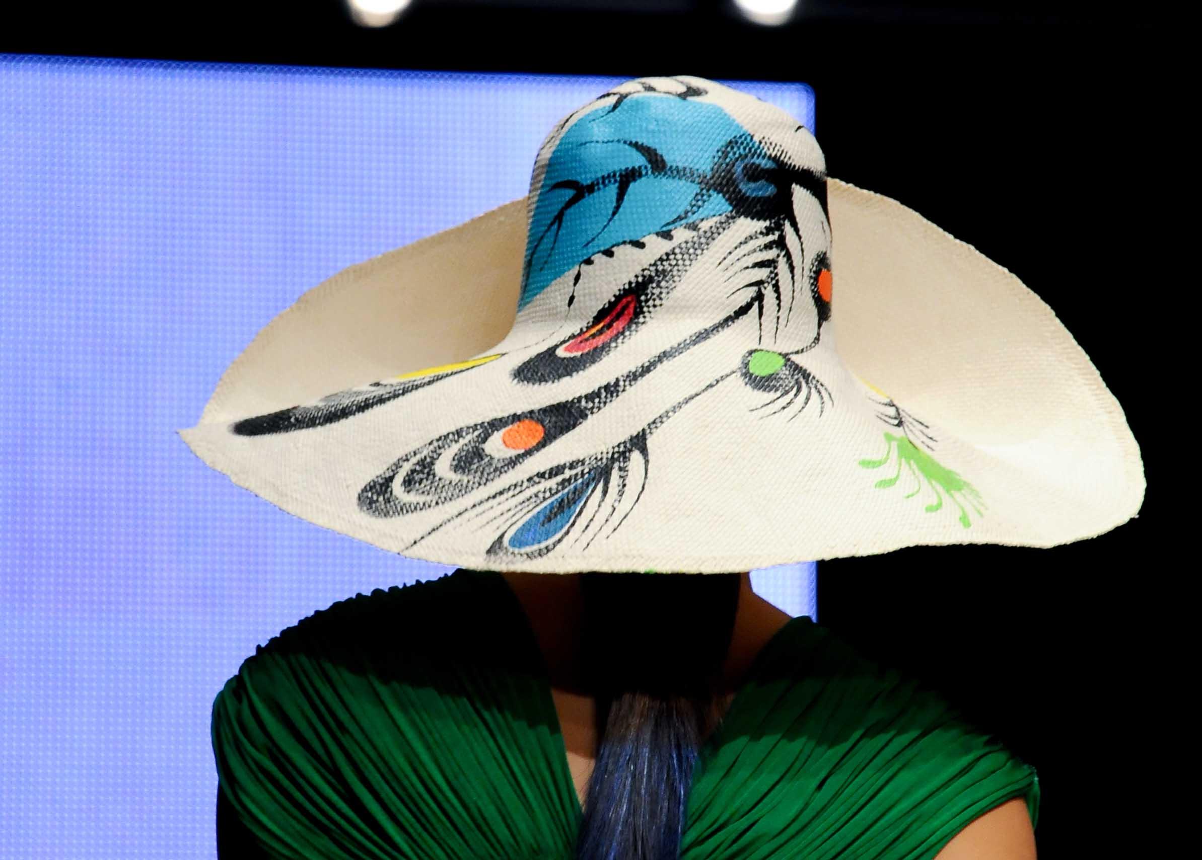 Detalle de un sombrero pintado a mano, con vestido verde, diseños que Toledo presentó en Puerto Rico en 2011. (Foto Archivo GFR Media)