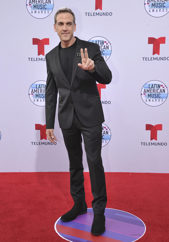El actor y cantante Carlos Ponce eligió el color negro para la ocasión. (AP)