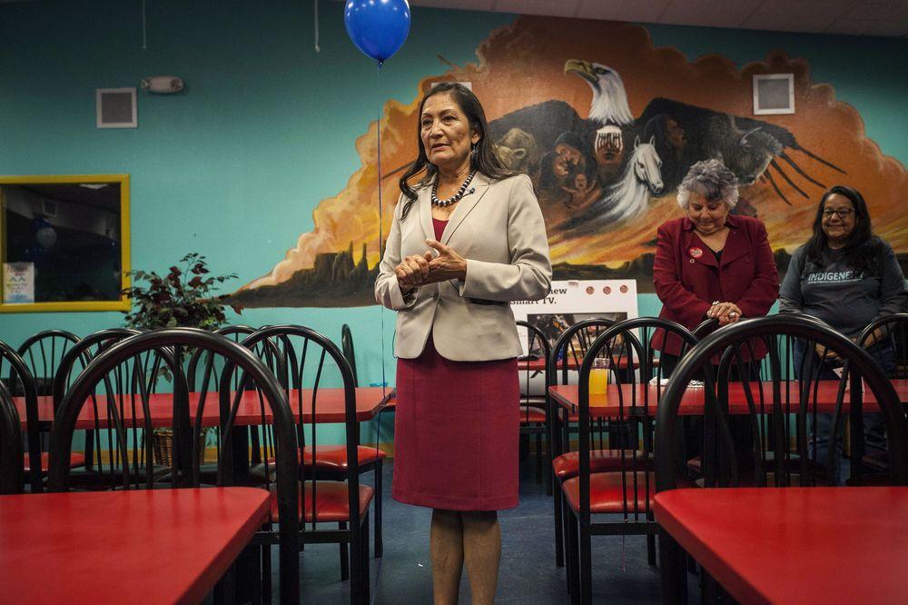 Deb Haaland – Tras vencer a la republicana Janice Arnold Jones, esta mujer de 57 años se convirtió en la primera nativa americana en ganar elecciones. Es natural de Nuevo México. (Foto: AP)