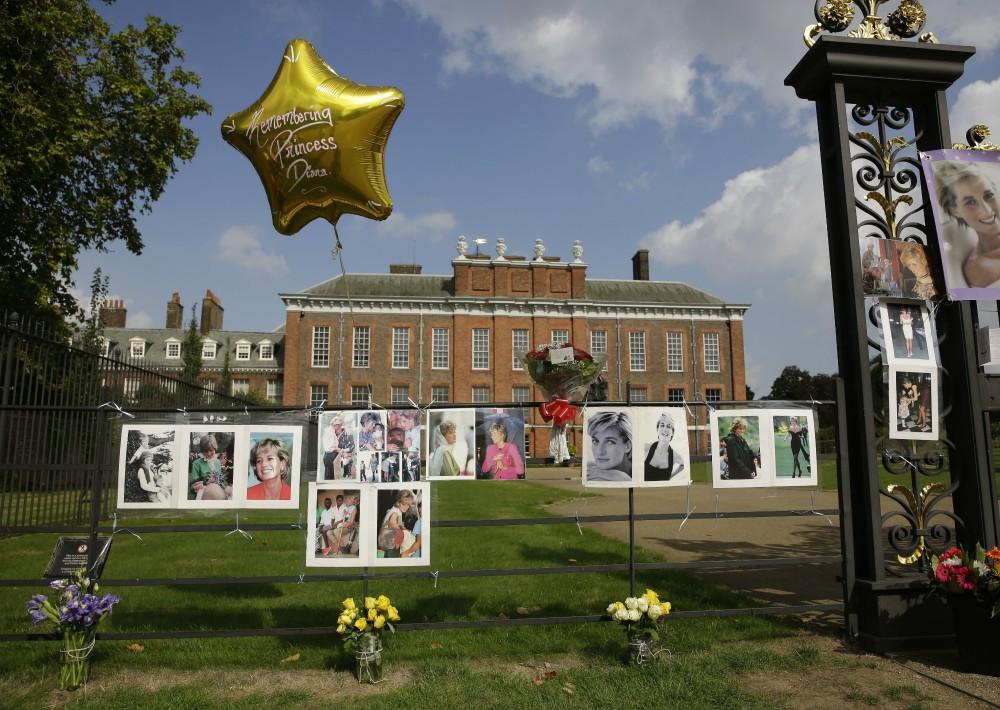 Año tras año, miles de ciudadanos conmocionados de todo el mundo llenan los palacios de Kensigton y Buckingham de flores, velas y mensajes de cariño. (Foto: AP)
