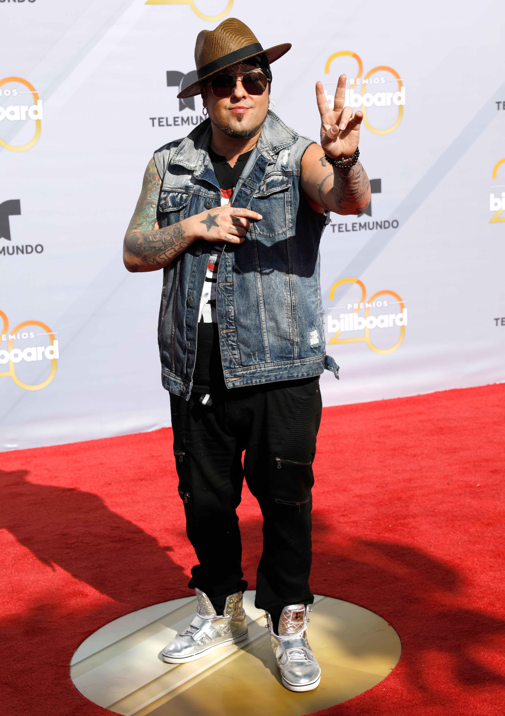 DJ Kane, ex vocalista de Los Kumbia KIngs, en tono de jean para los Billboards 2018. (Foto: AP)