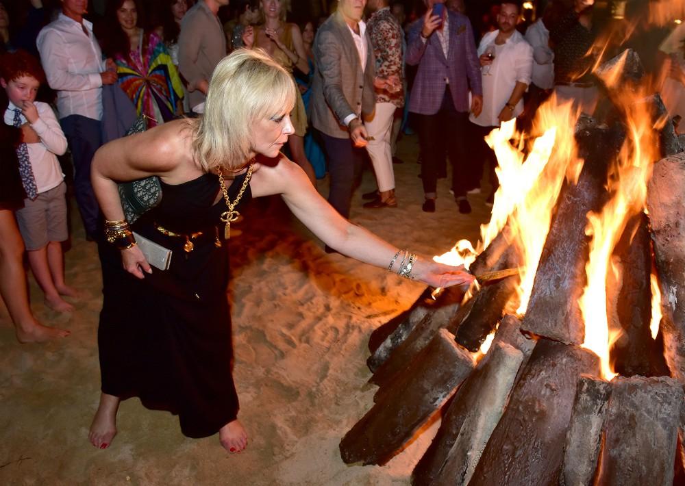 El DJ Tony Okungbowa invitó a todos a unirse en una bendición ceremonial para  la isla. Muchos  lanzaron bolsas de hierbas con deseos a las llamas de una fogata en la playa. (Foto Suministrada)