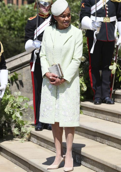 La madre de la novia, Doria Ragland, seleccionó un conjunto verde claro de Oscar de la Renta. (AP)