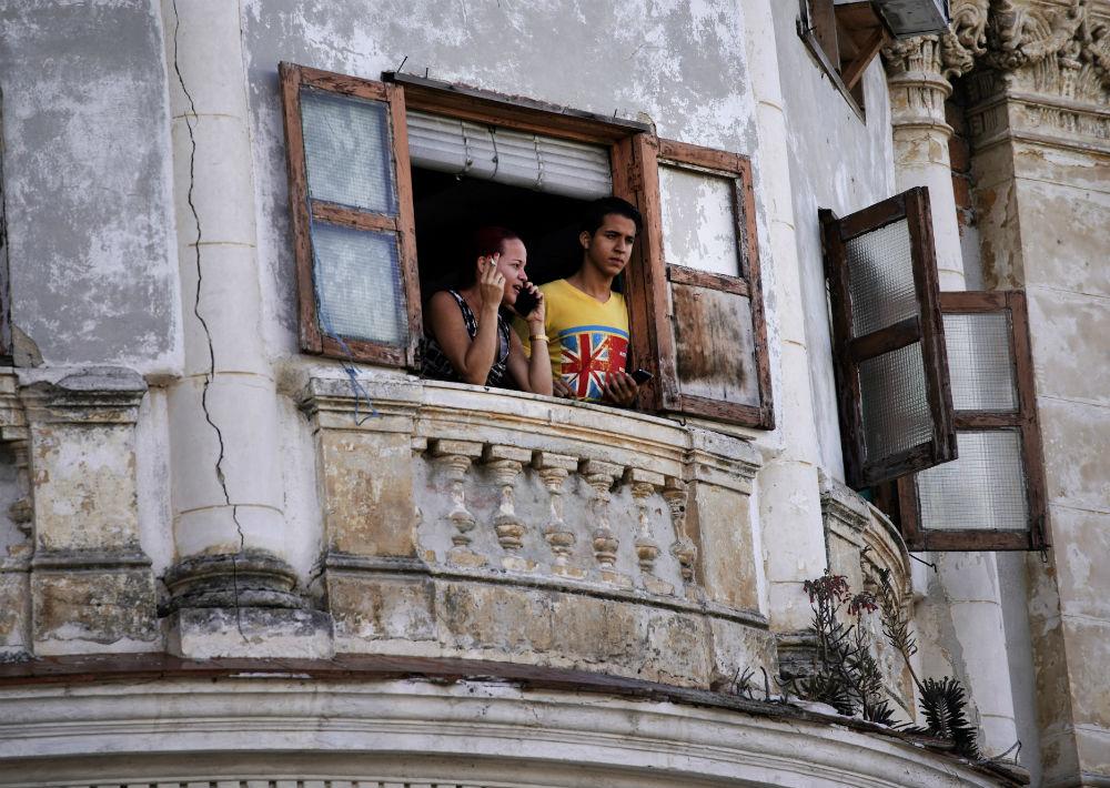 """Frente al centro cultural, la pareja real se detuvo a escuchar a una banda local, que luego de interpretar a los Beatles, cerró con el mítico """"Satisfaction"""" de The Rolling Stones. (AP)"""