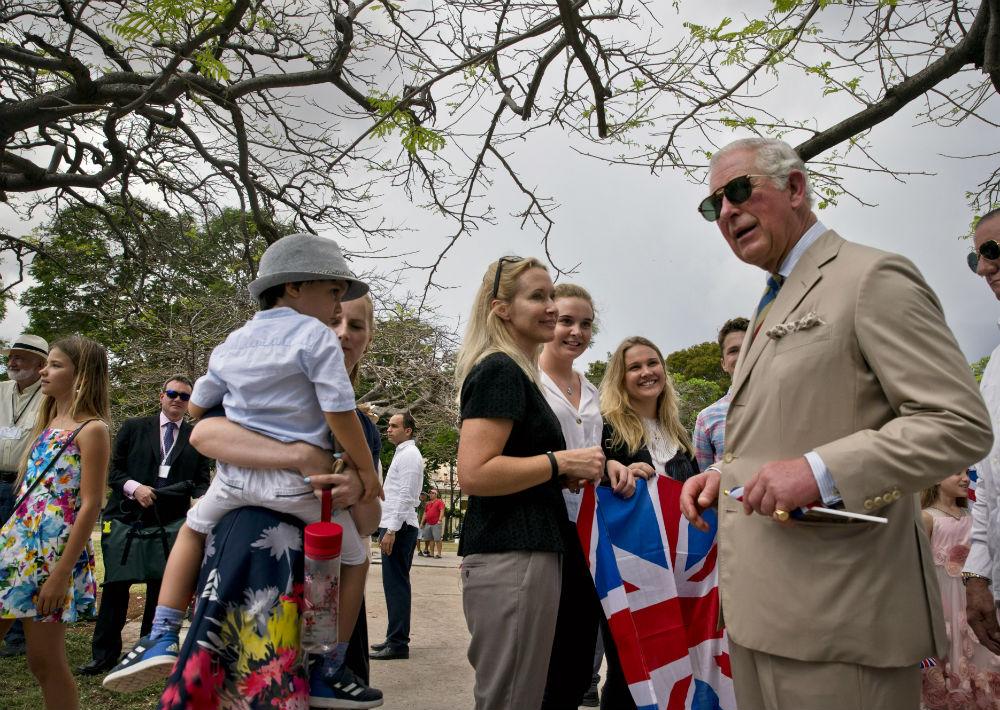 Charles y Camila saludaron a una representación de la comunidad británica residente en la isla. (AP)