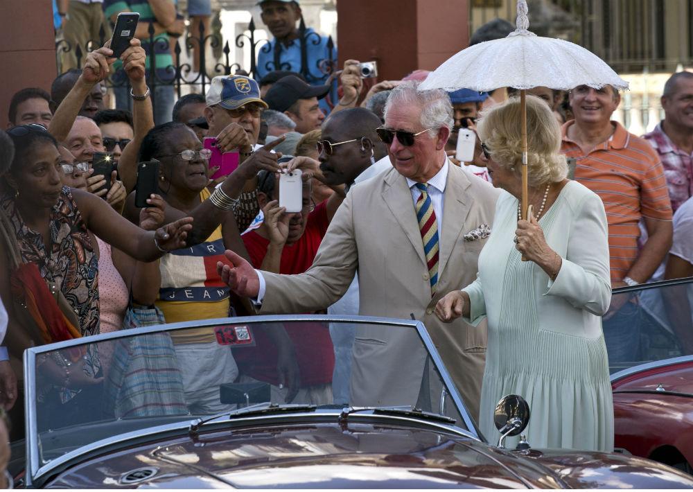 El príncipe Charles de Inglaterra y su esposa Camila, duquesa de Cornualles, se dieron este martes un baño de masas durante una visita al parque dedicado a John Lennon en La Habana. (AP)
